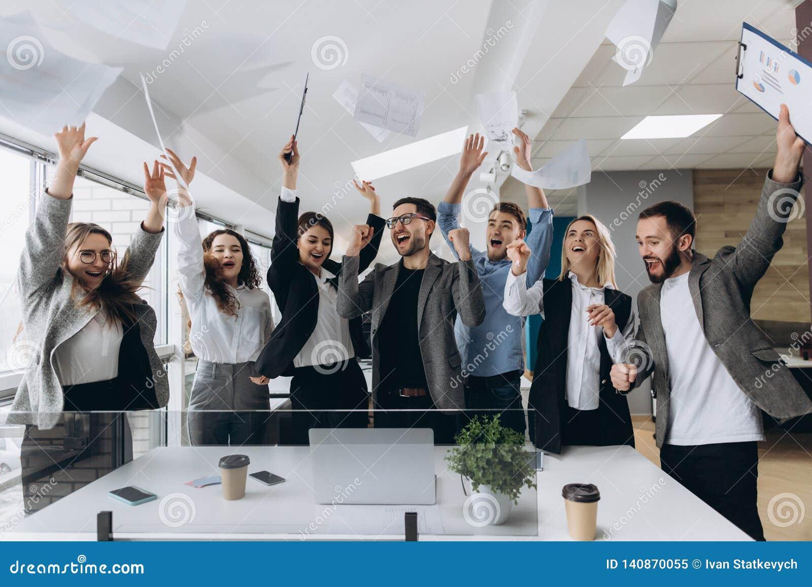 成功和赢取的概念-庆祝胜利的愉快的企业队在办公室