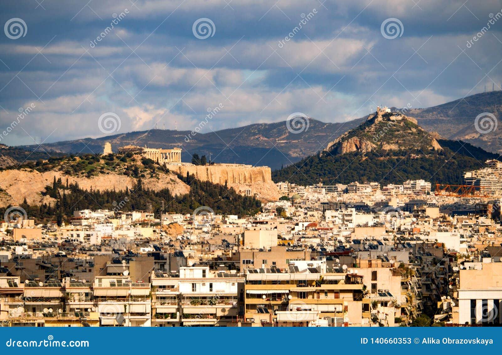 房子的顶视图、山、上城和Likavitos小山和雅典都市建筑学在一好日子