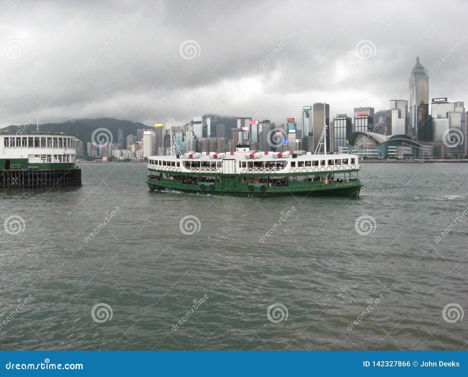 星轮渡巡航小船在香港港口