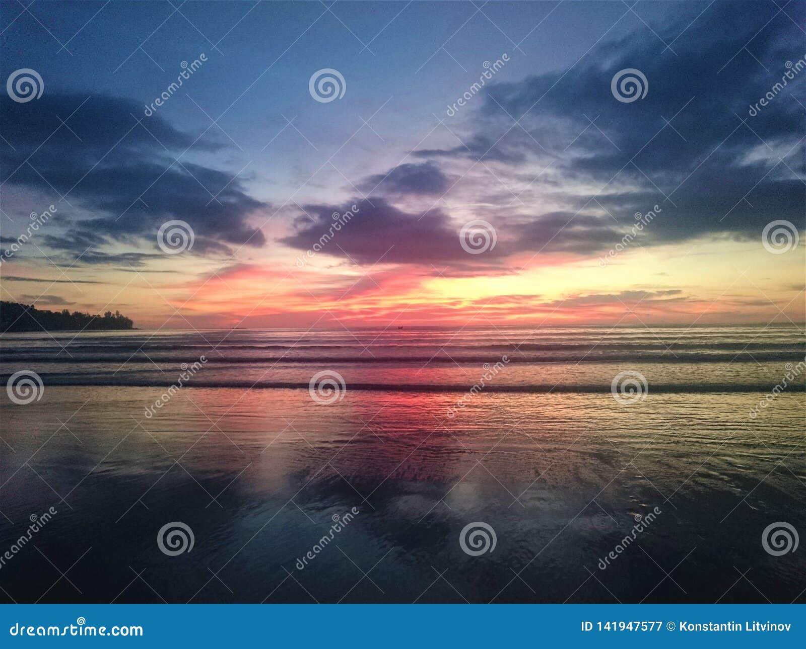 日落在泰国,在天空,普吉岛的云彩