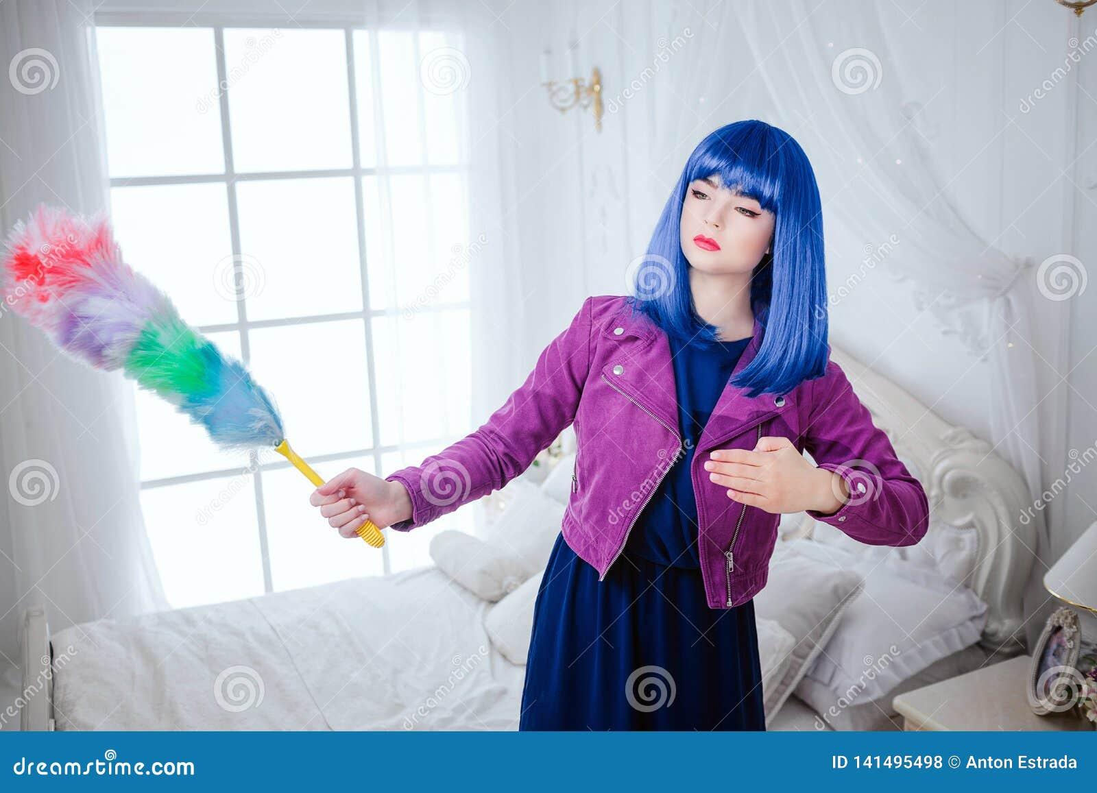 时尚畸形人 魅力综合性女孩、假玩偶有空的神色的和蓝色头发举行横扫在白色