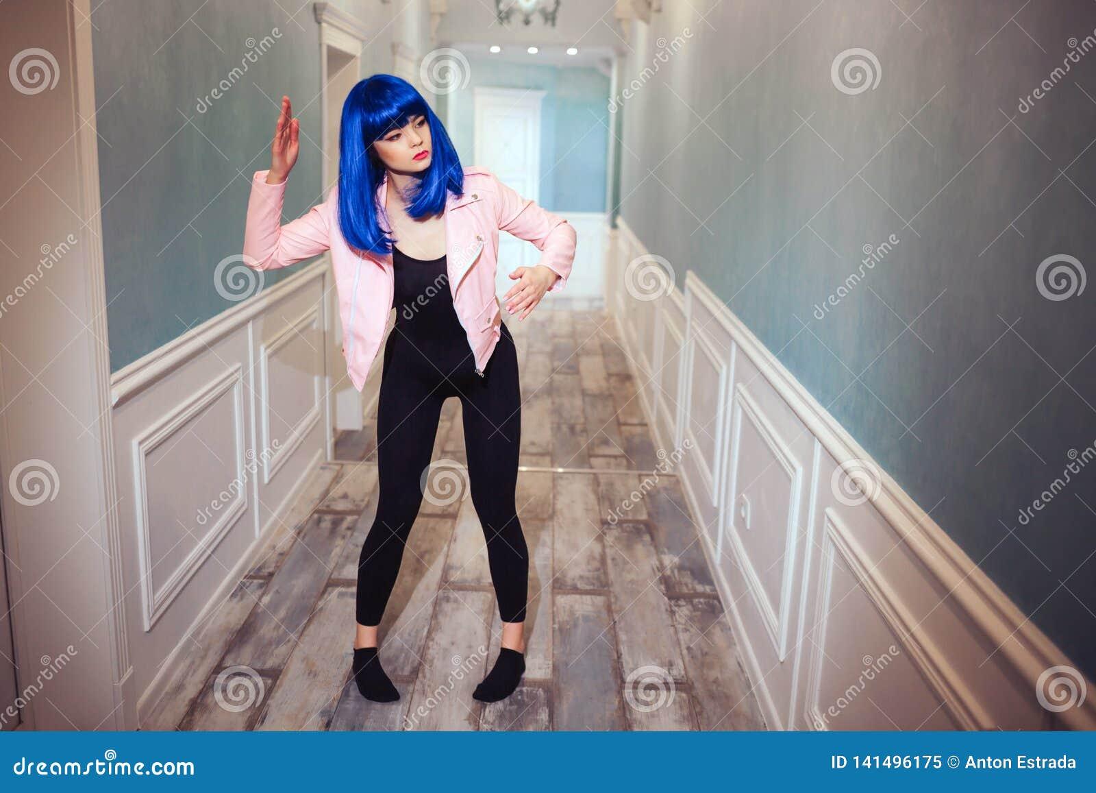 时尚畸形人 魅力综合性女孩、假玩偶有空的神色的和蓝色头发移动长的走廊 时髦的妇女