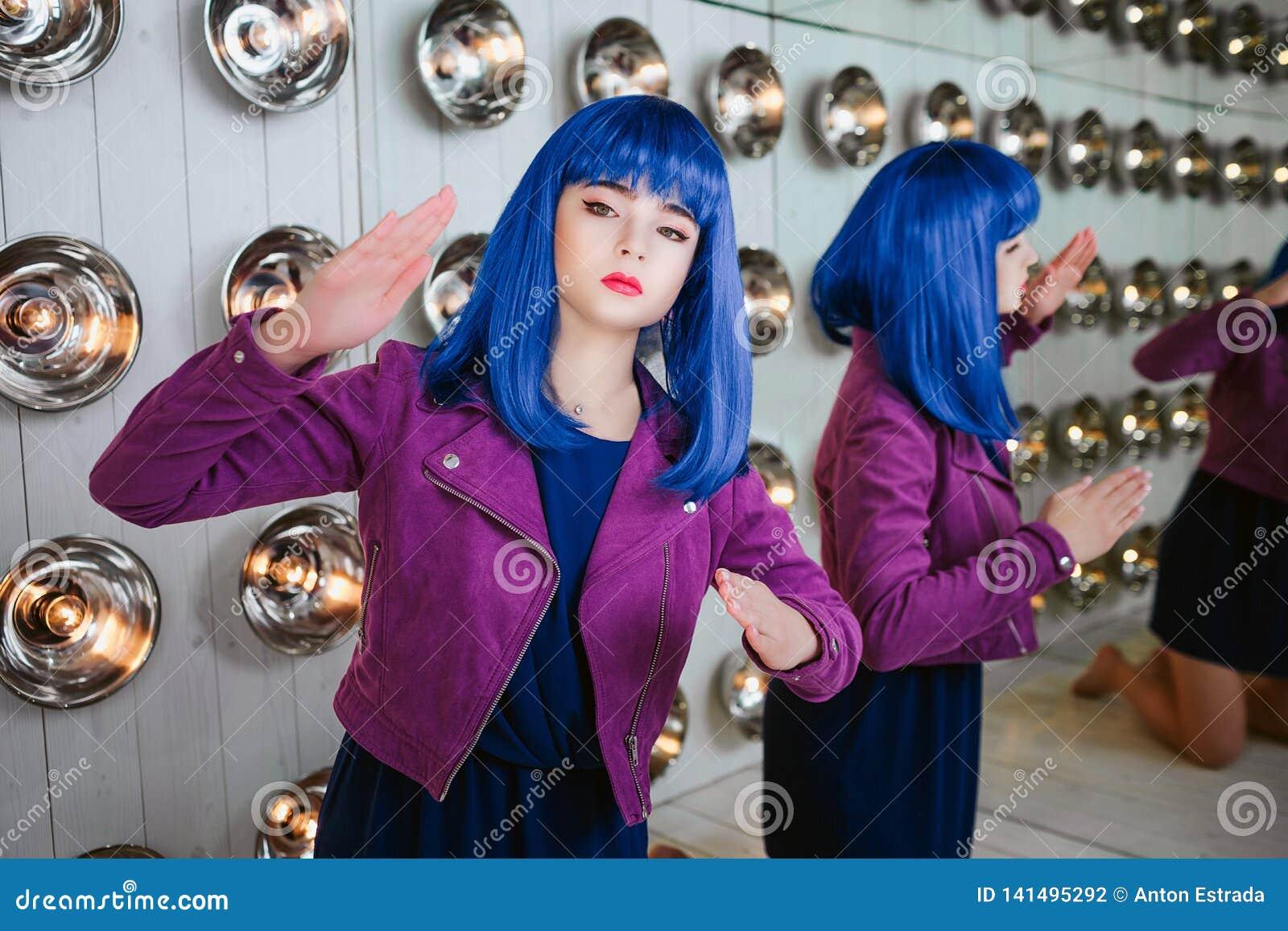 时尚畸形人 魅力综合性女孩、假玩偶有空的神色的和蓝色头发画象在演播室坐