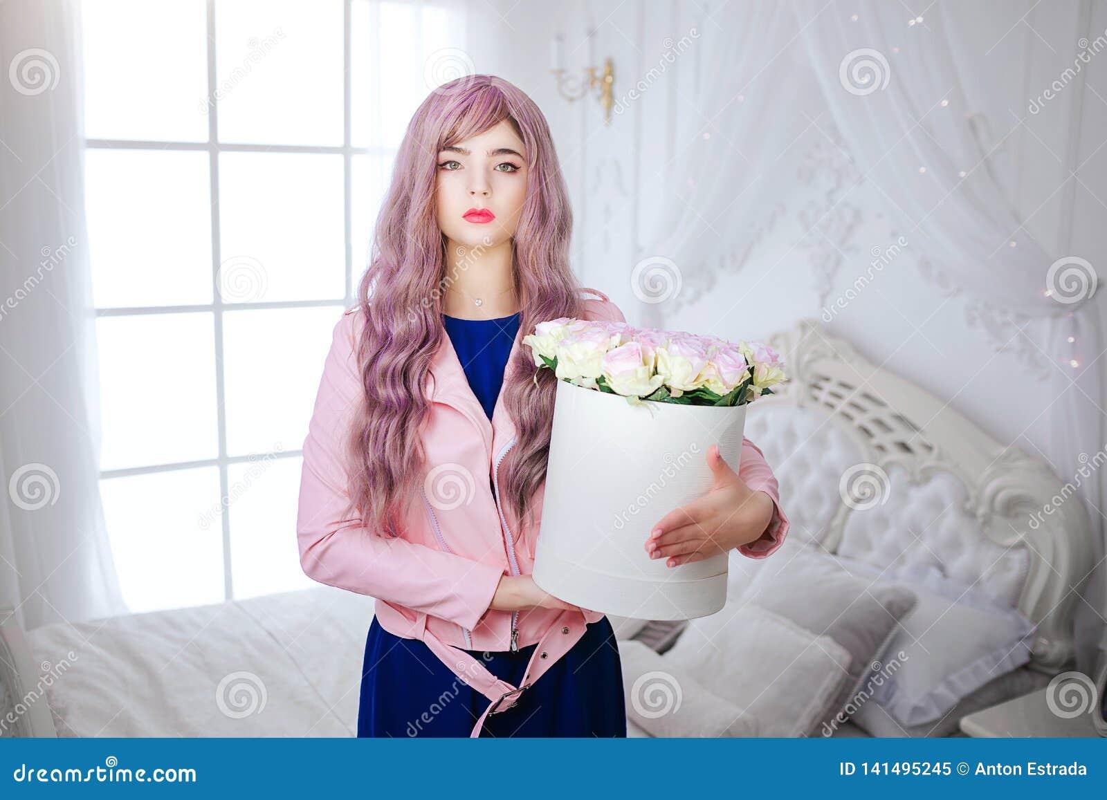 时尚畸形人 魅力综合性女孩、假玩偶有空的神色的和长的淡紫色头发拿着箱子有花一会儿的