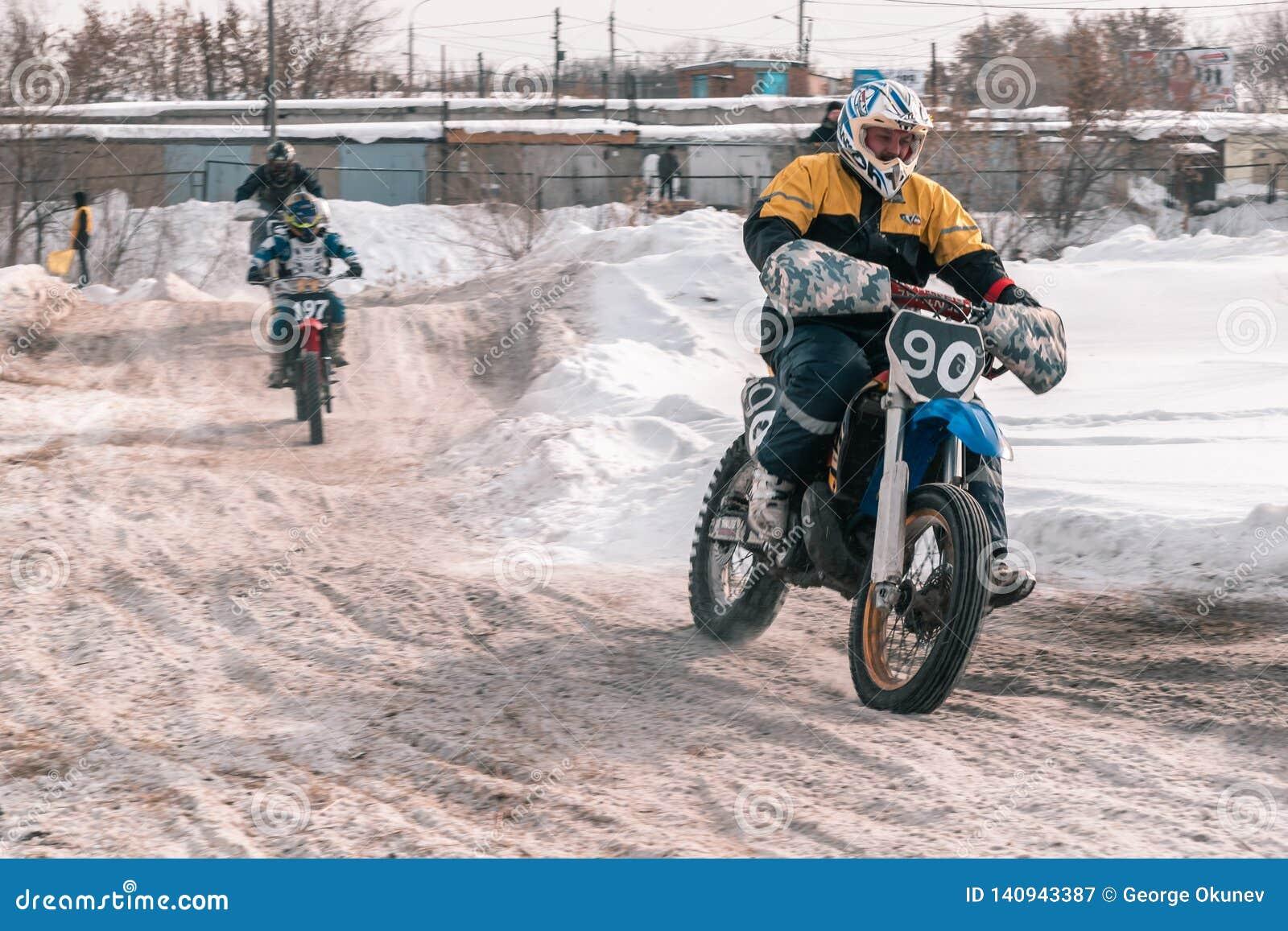 摩托车越野赛比赛在冬天在西伯利亚鄂木斯克