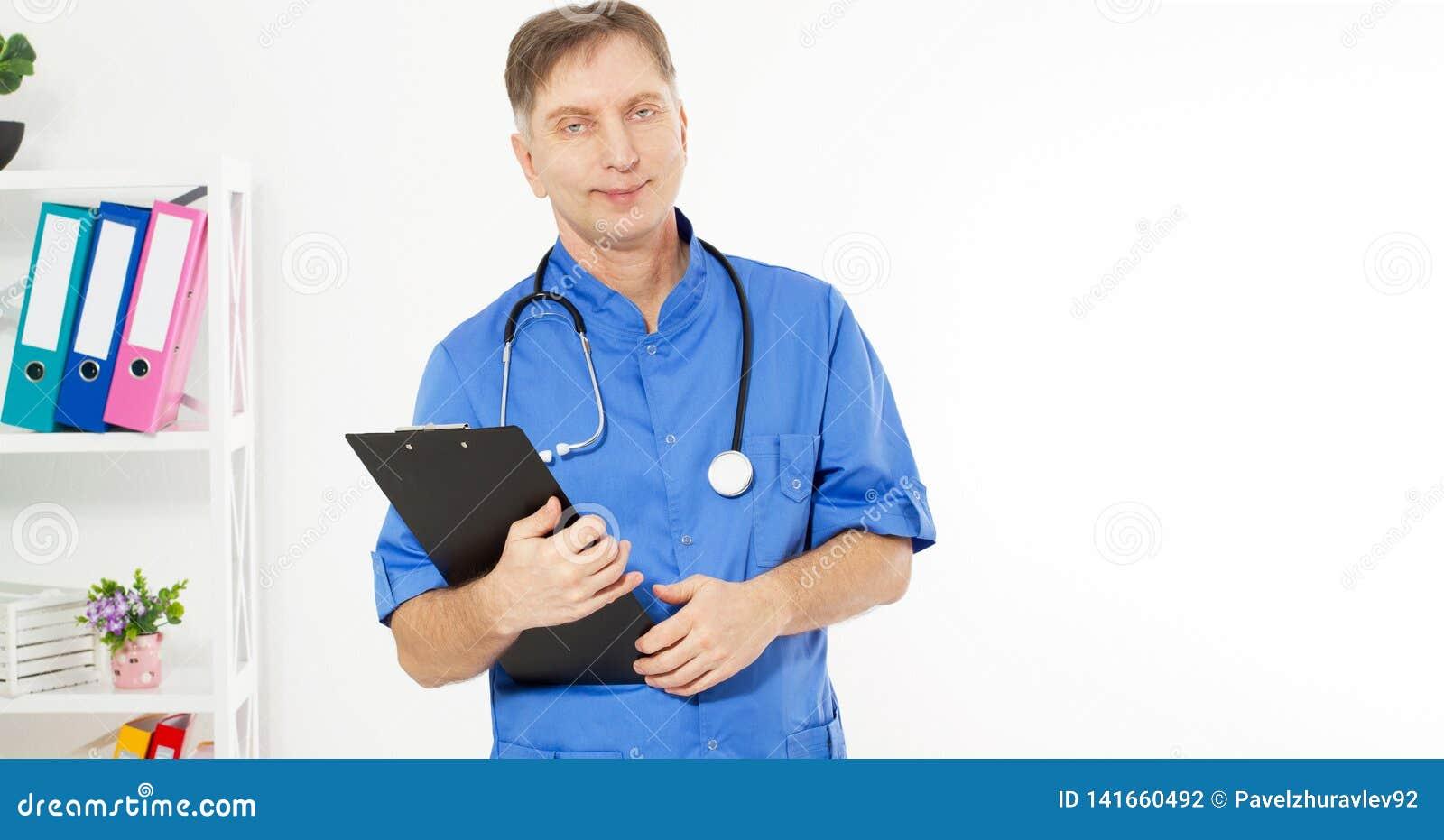 摆在和看与黑文件夹,在背景的医疗办公室诊所,拷贝空间的确信的微笑的医生照相机