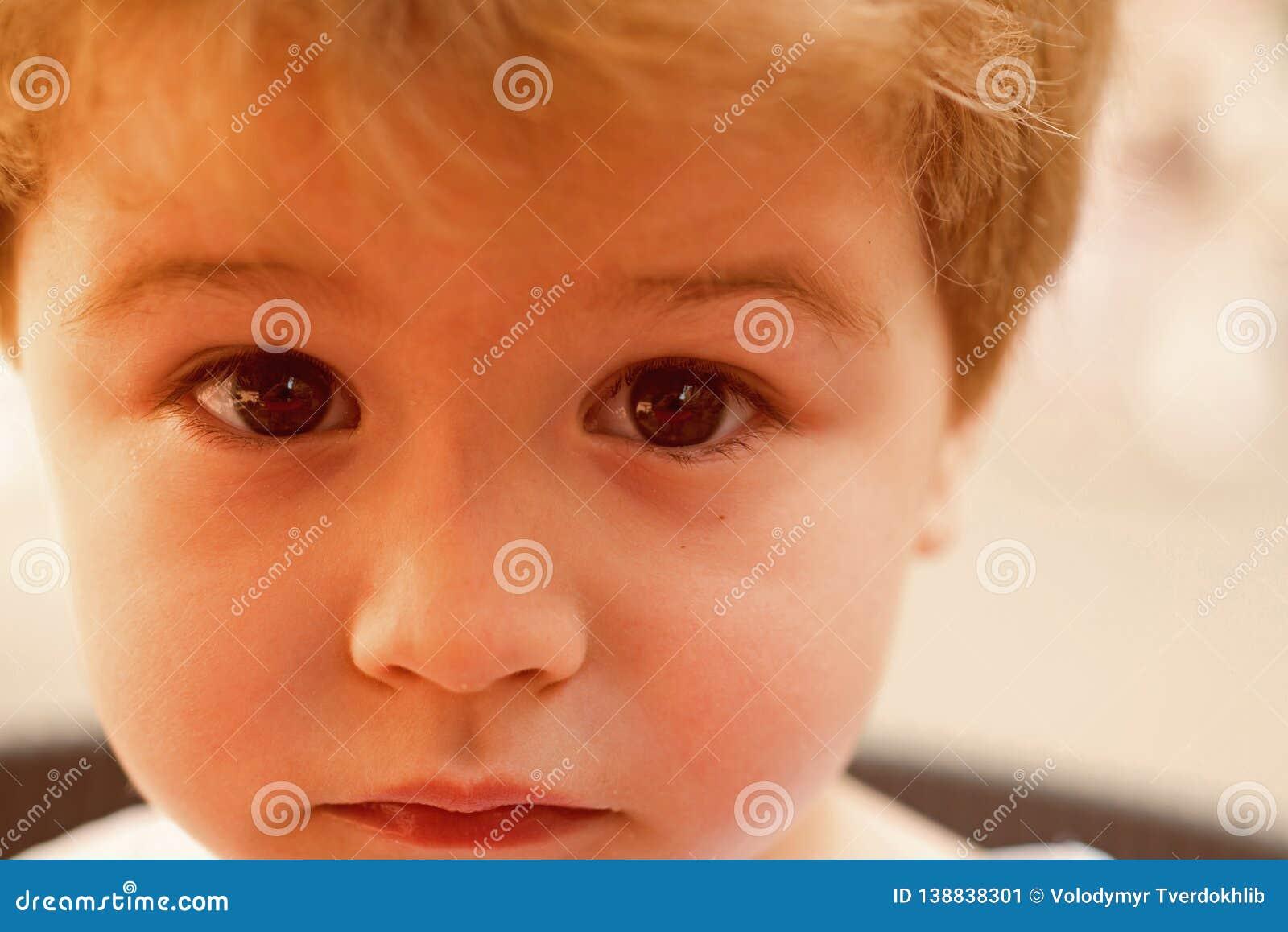 感到抱歉 有时髦的理发的小孩 有短的理发的小孩 有金发的小男孩 健康