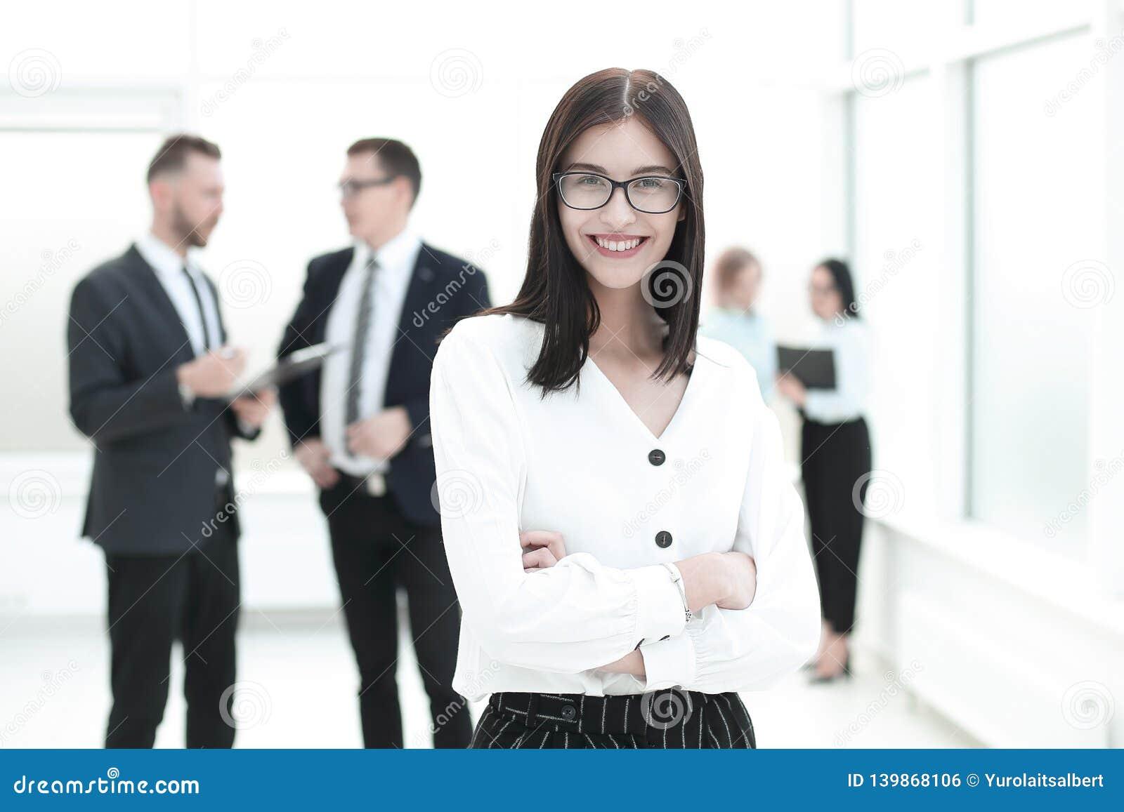 愉快的年轻女商人画象在办公室背景的