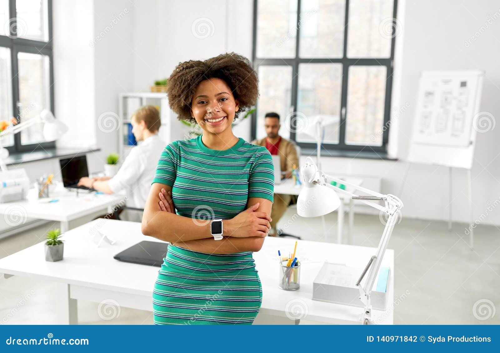 愉快的微笑的非裔美国人的妇女在办公室