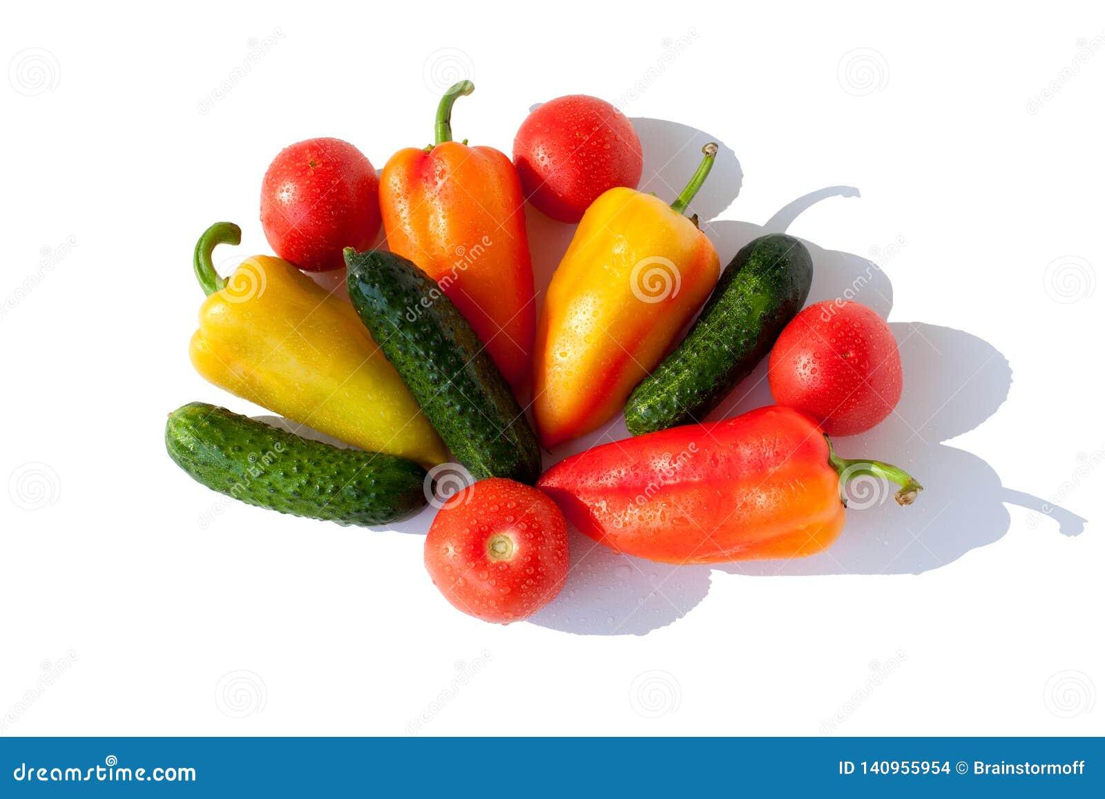 整个菜黄瓜、甜椒和蕃茄红色绿色橙黄在白色背景被隔绝的顶视图的水下落