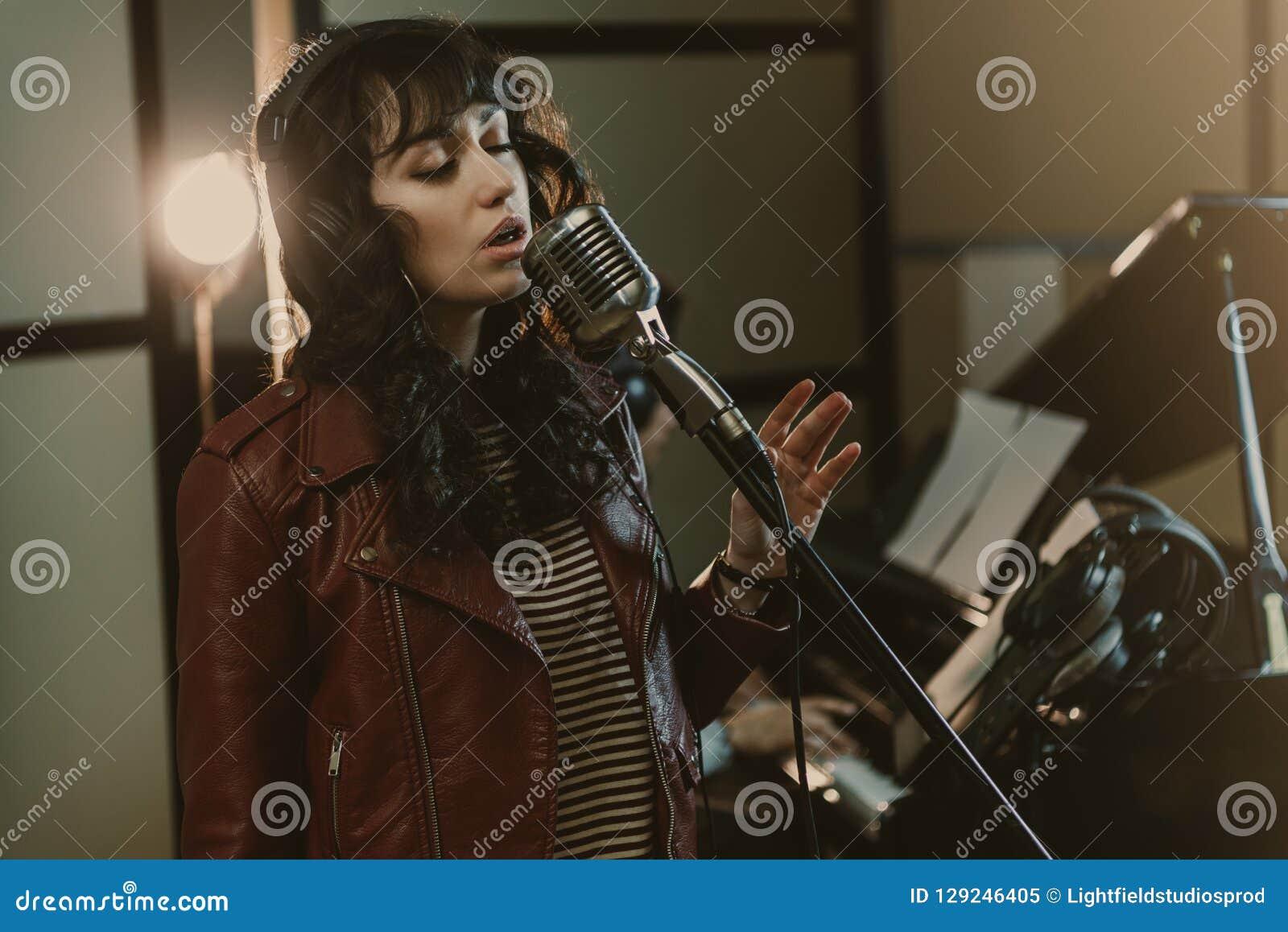 执行歌曲的肉欲的女歌手