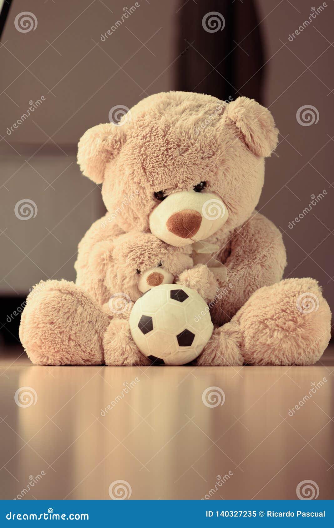 拥抱她的与球的母亲儿子玩具熊