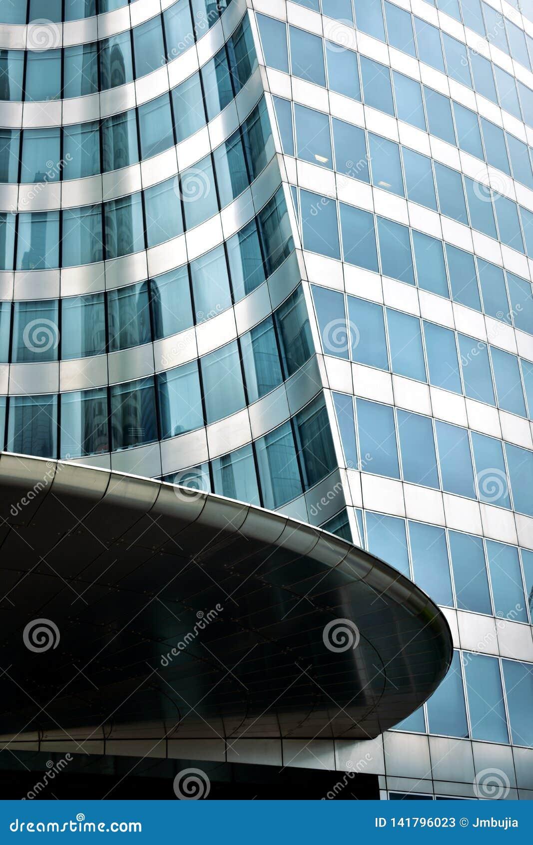 拉德芳斯商业区 与反射的摩天大楼特写镜头 巴黎,法国,2018年8月15日