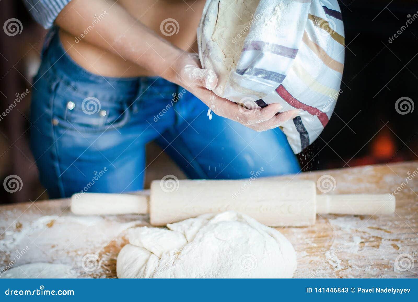 性感女孩腹部、面团、面粉袋子和滚针特写镜头  性感的年轻女人在厨房里准备面团