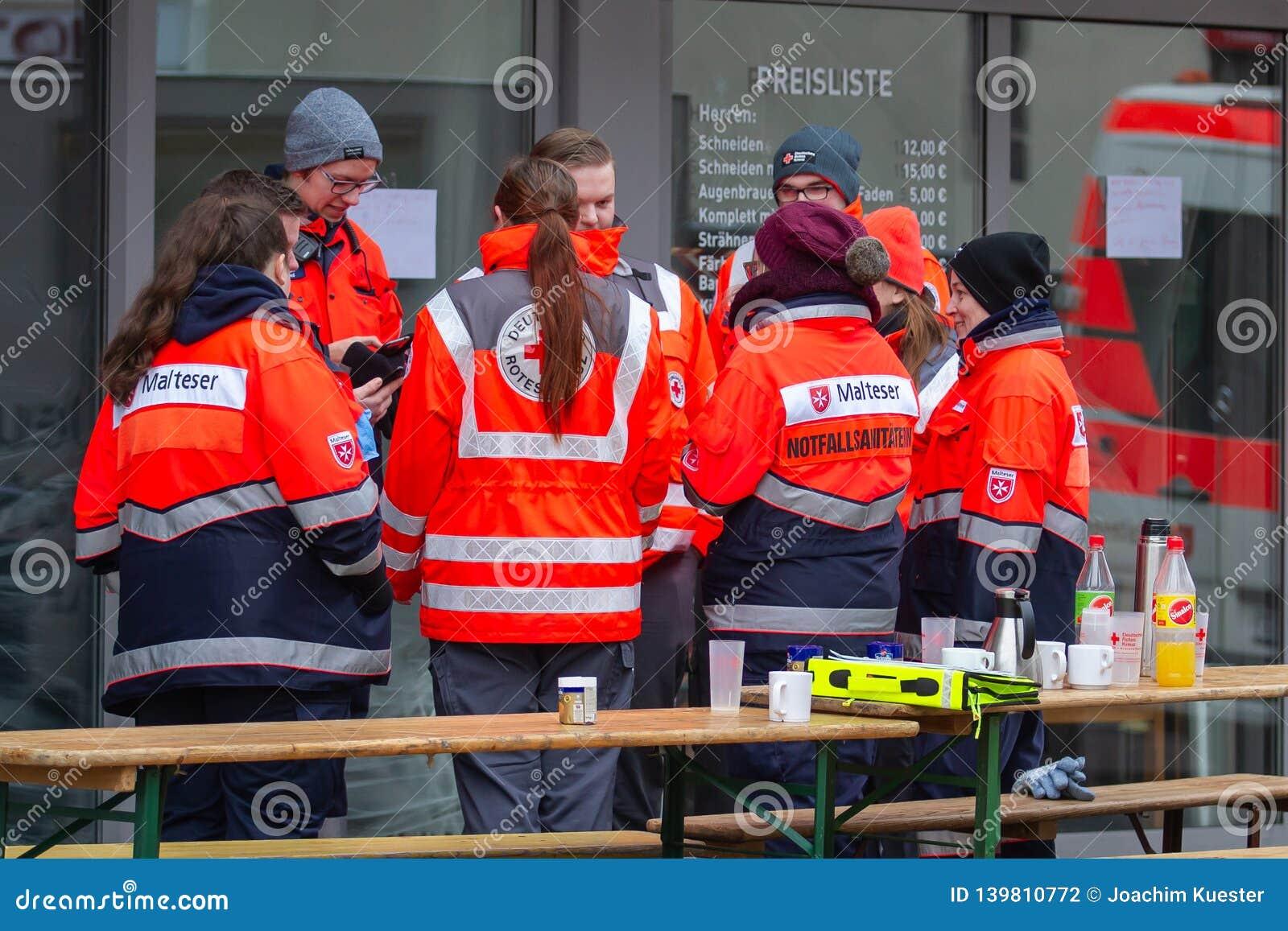 新维德,德国- 2019年2月1日:等待他们的下活动的救护车人