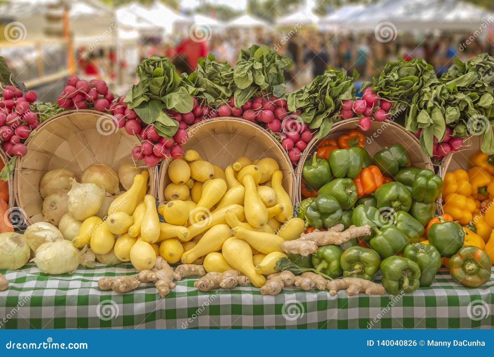 新鲜蔬菜真理美妙地被显示在地方农夫市场,您上将发现真理有机增长