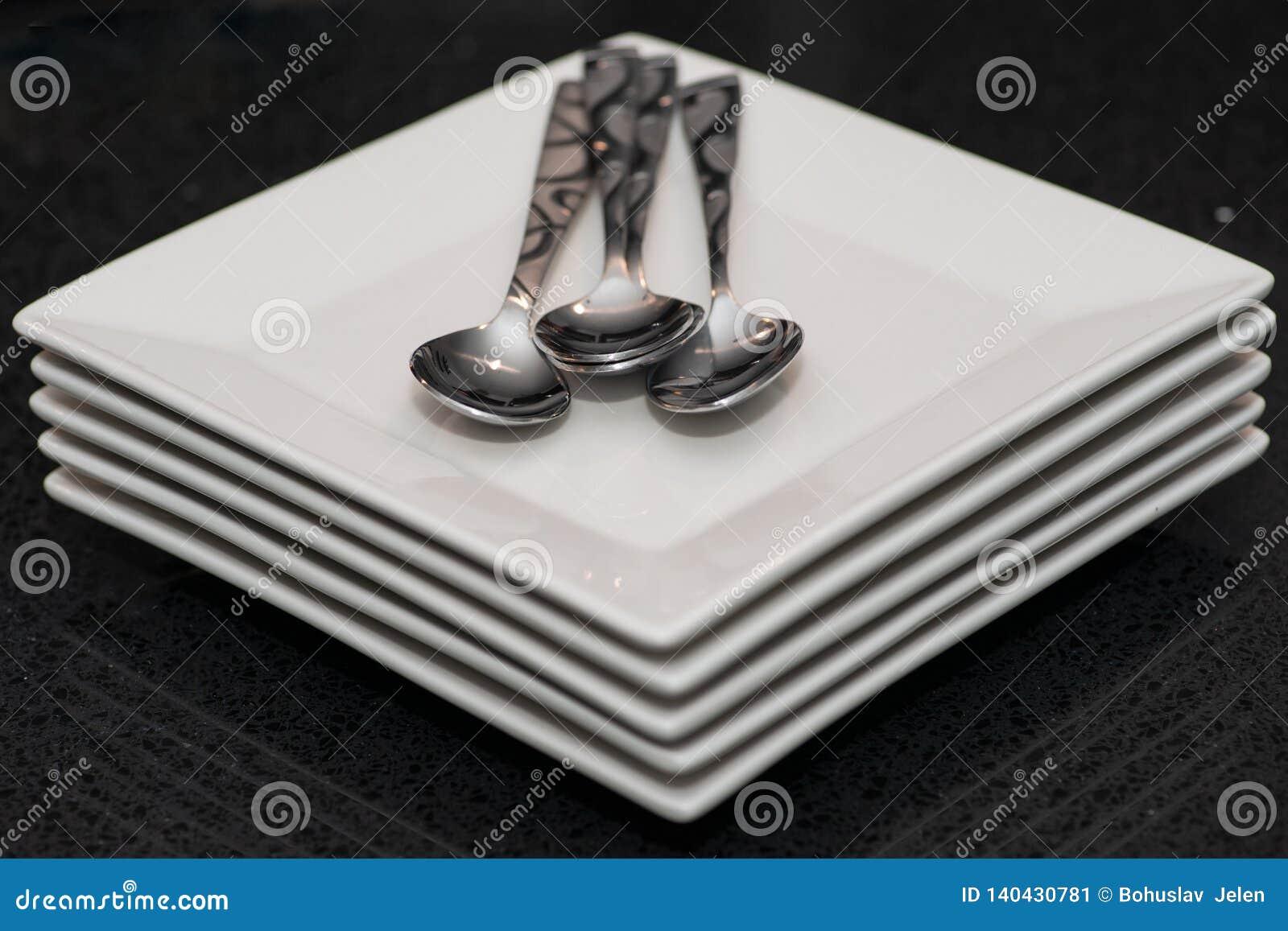 方形的冷菜盘和银器在宴会桌上在事务或婚姻的事件