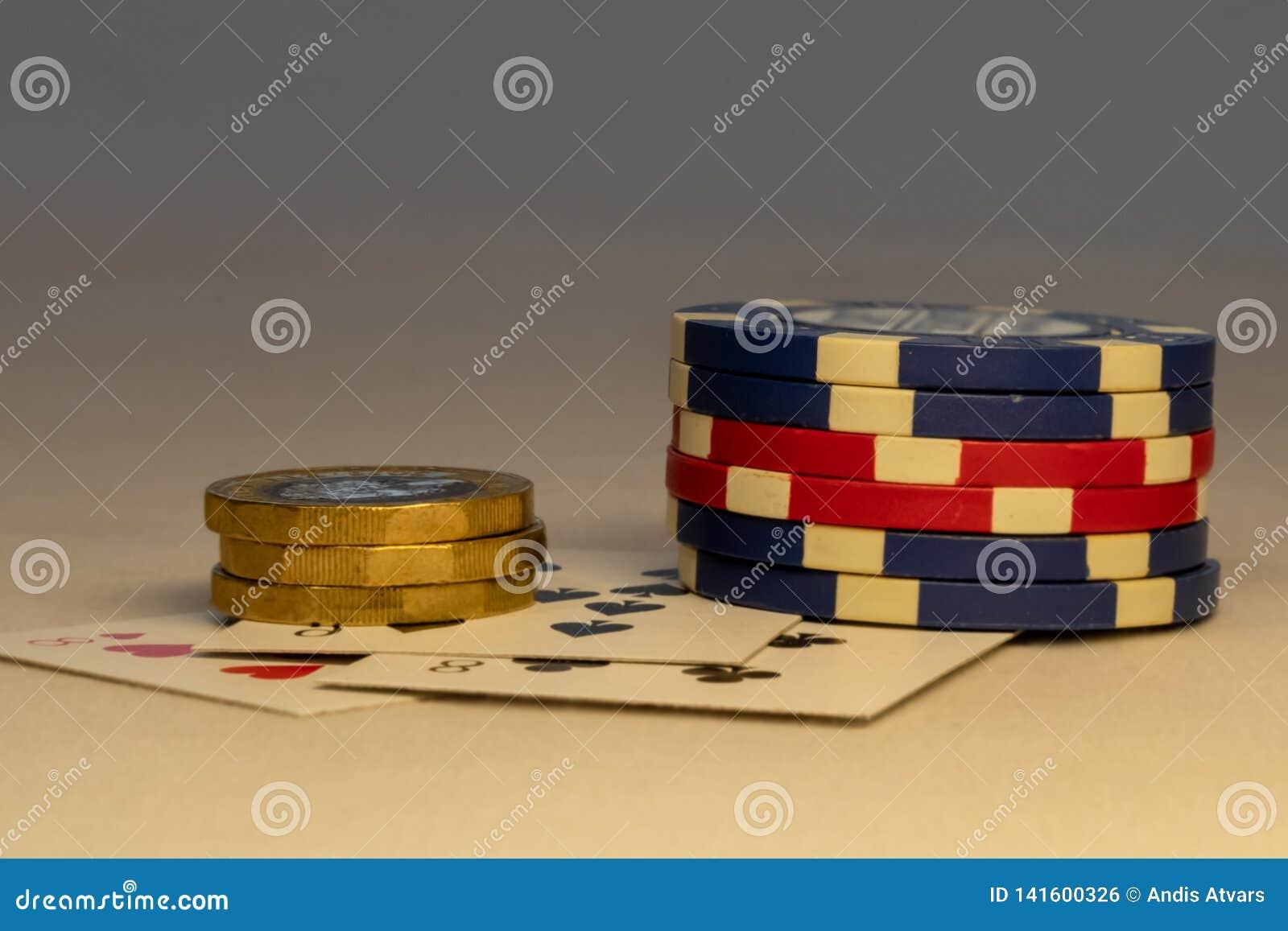 放下在与硬币和卡片的桌上的束芯片在背景中 赌博娱乐场和赌博的概念