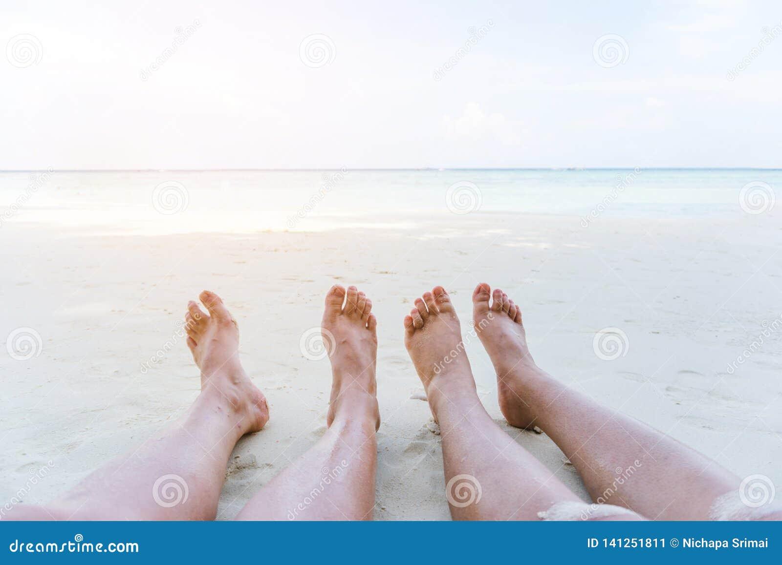 放松在海滩的夏天休假的夫妇