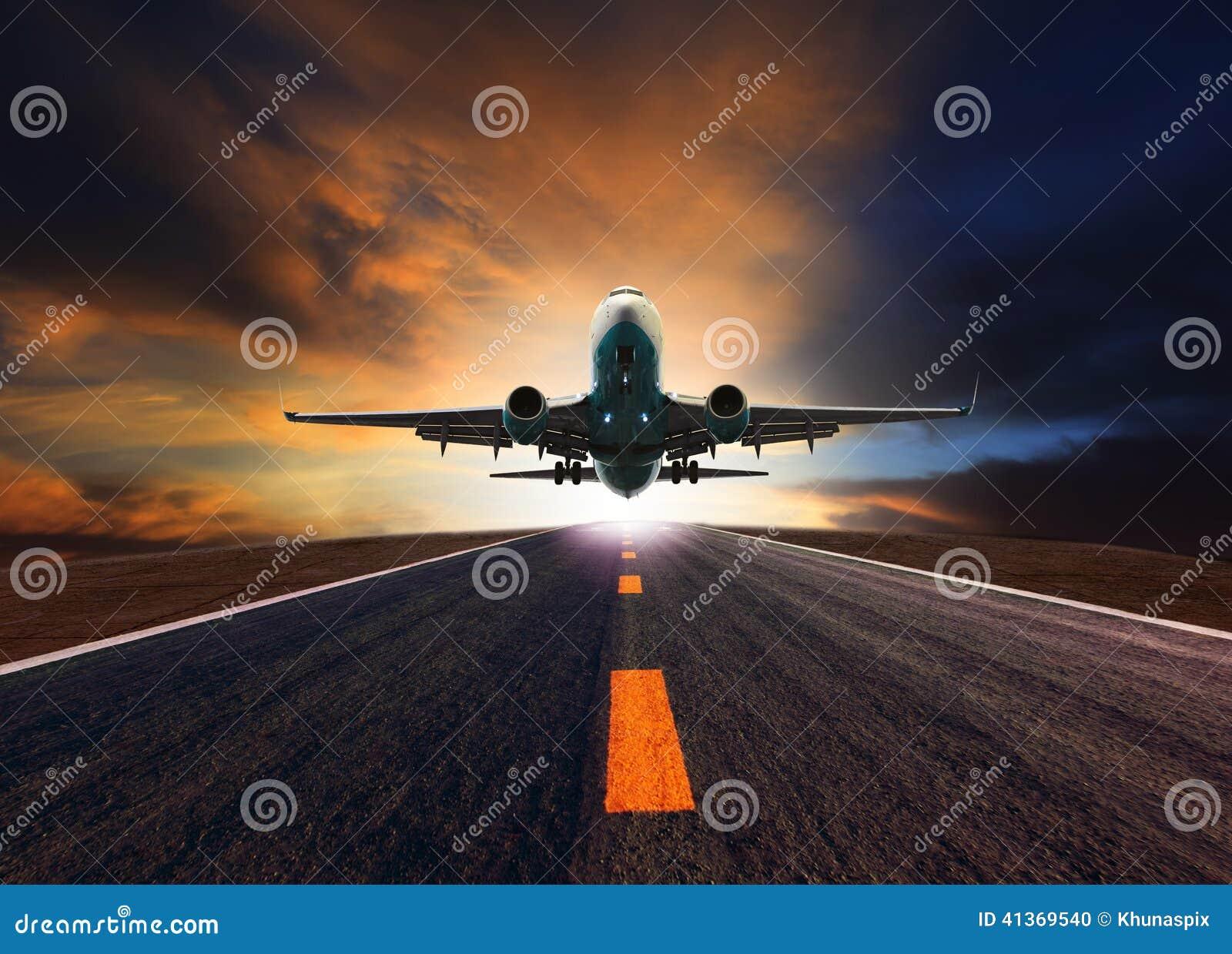 Æreo a reazione di aereo di linea che sorvola la pista dell aeroporto contro bello