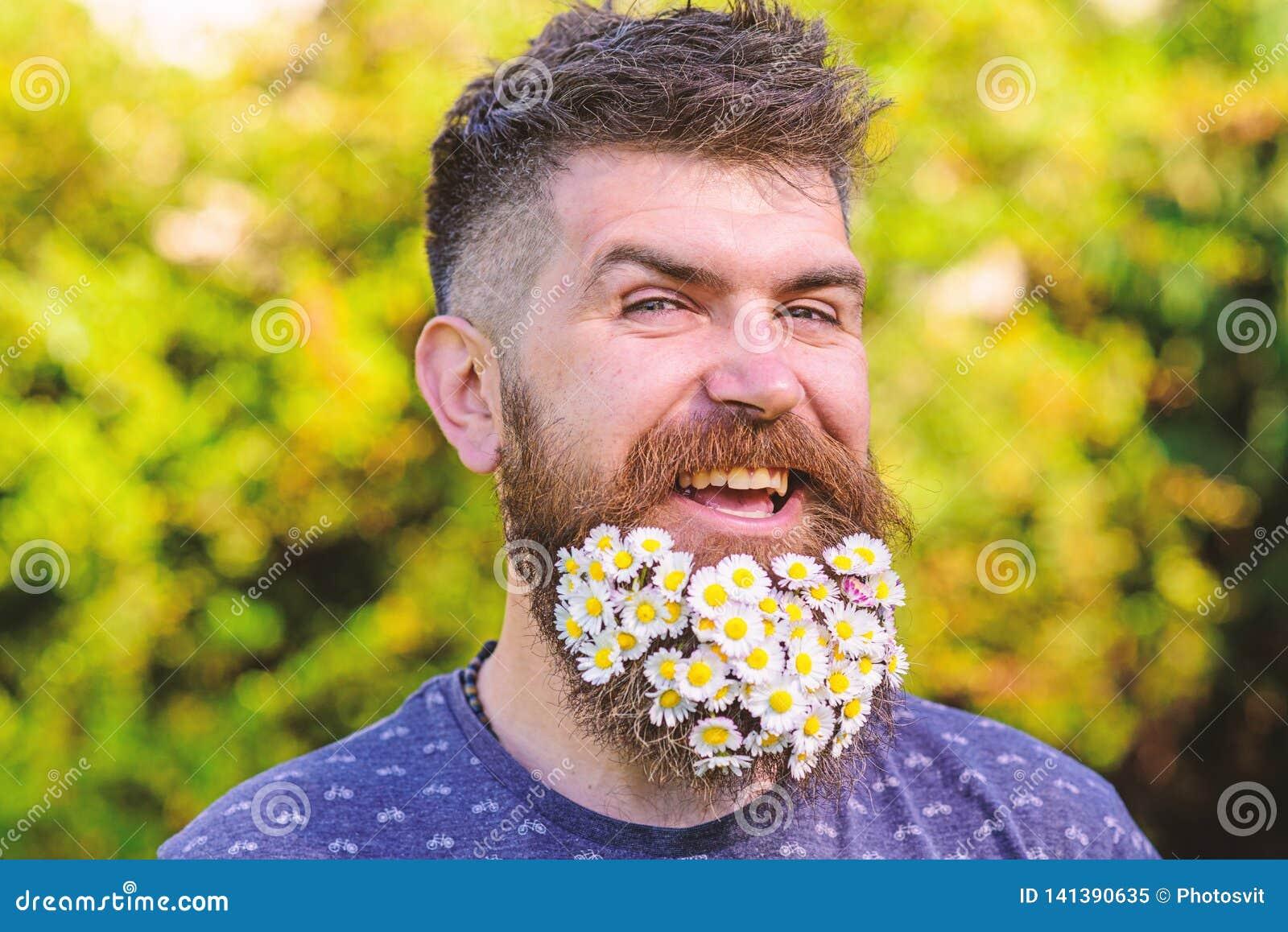 理发师和发型概念 有胡子的在快乐的微笑的面孔,绿色背景的人和髭, defocused 博若莱红葡萄酒