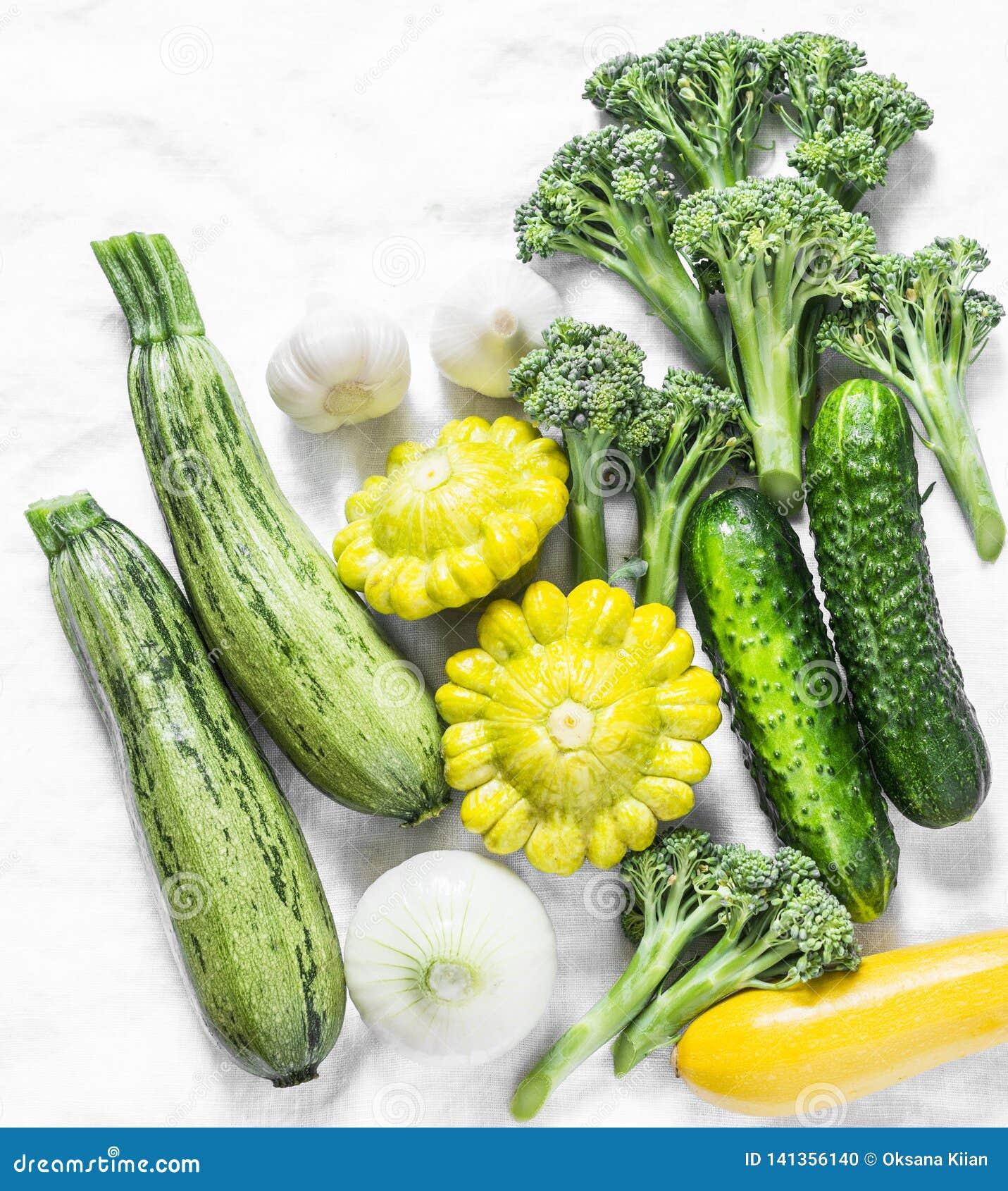 硬花甘蓝,夏南瓜,南瓜,大蒜,黄瓜-在轻的背景,顶视图的新鲜的有机菜 平的位置