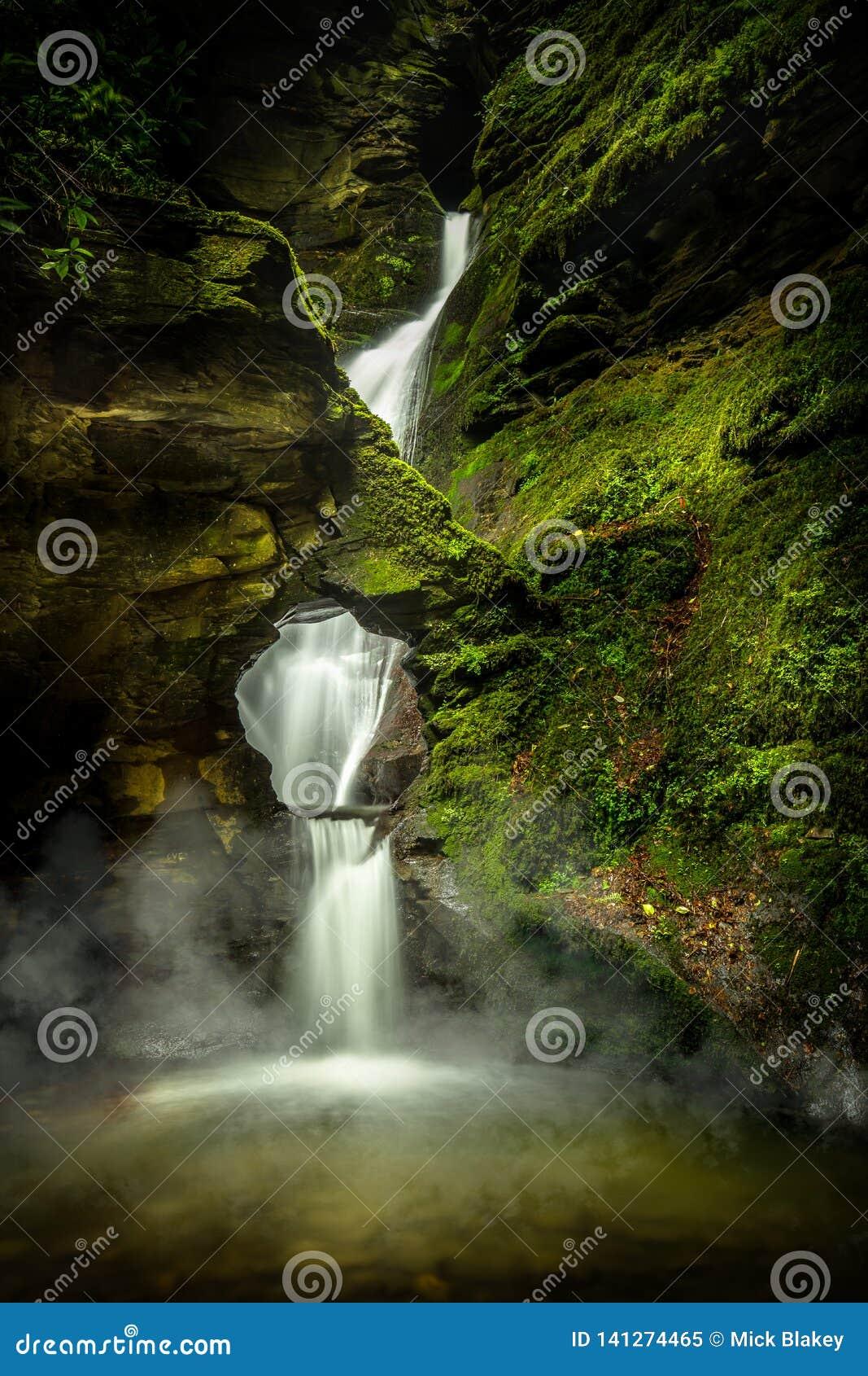 神秘的瀑布,与薄雾和青苔,圣Nectans幽谷,北康沃尔