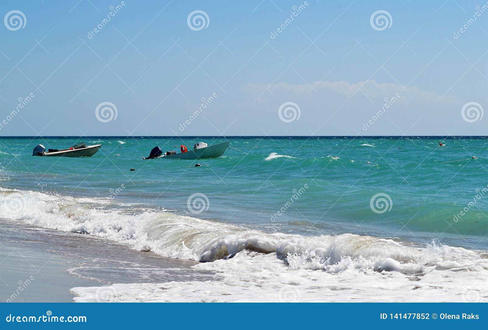 空的快速汽艇在海在好日子