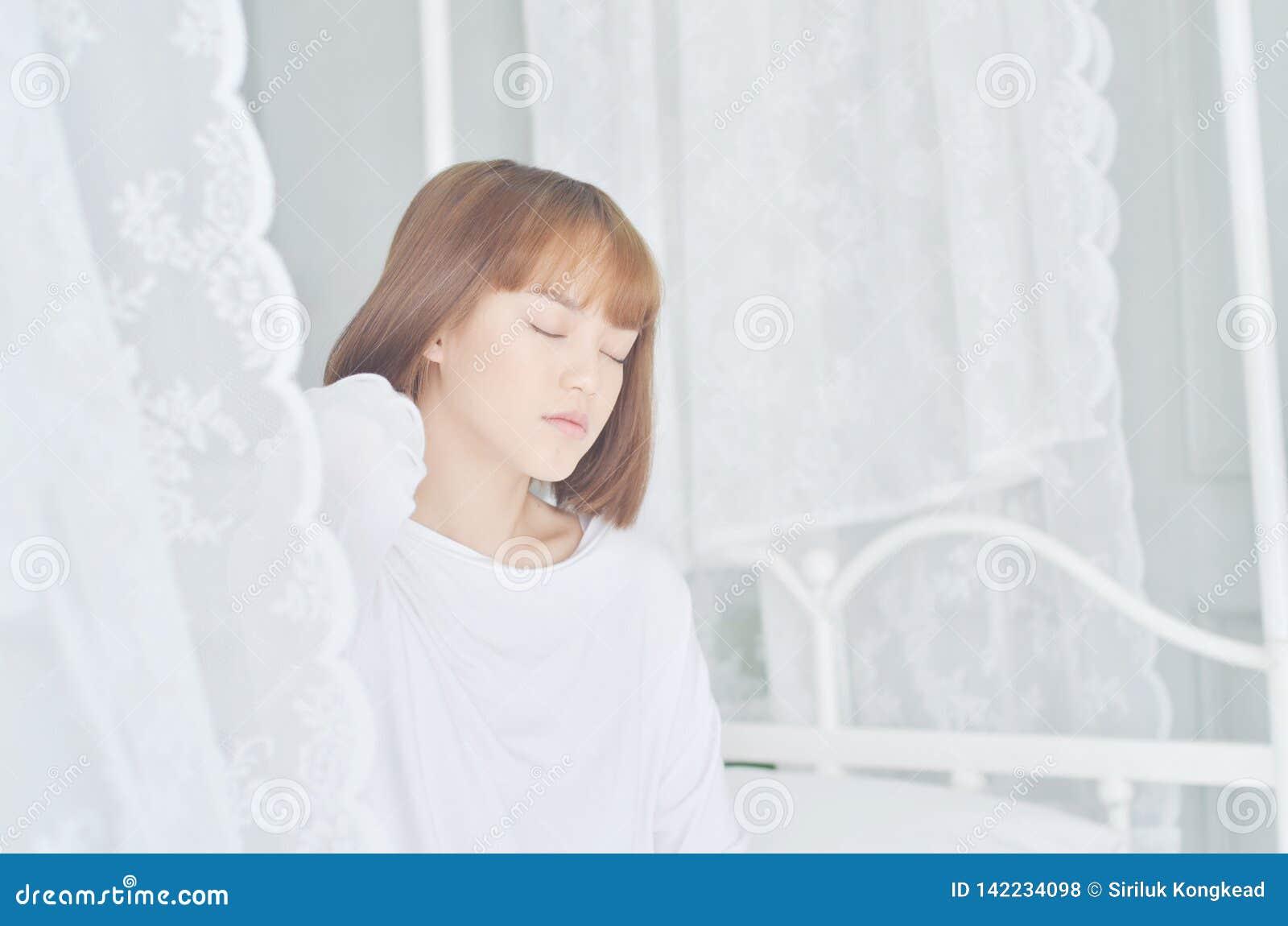 穿白色衬衫的妇女醒了