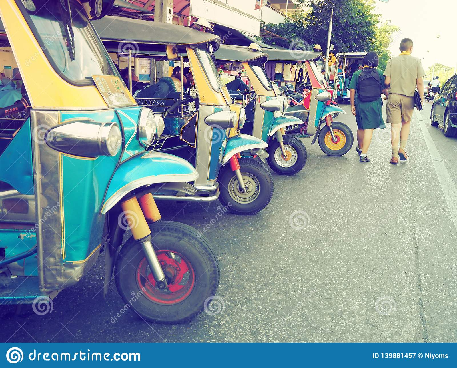 等待旅游乘客的行的泰国当地出租汽车电话'tuk-tuk'公园