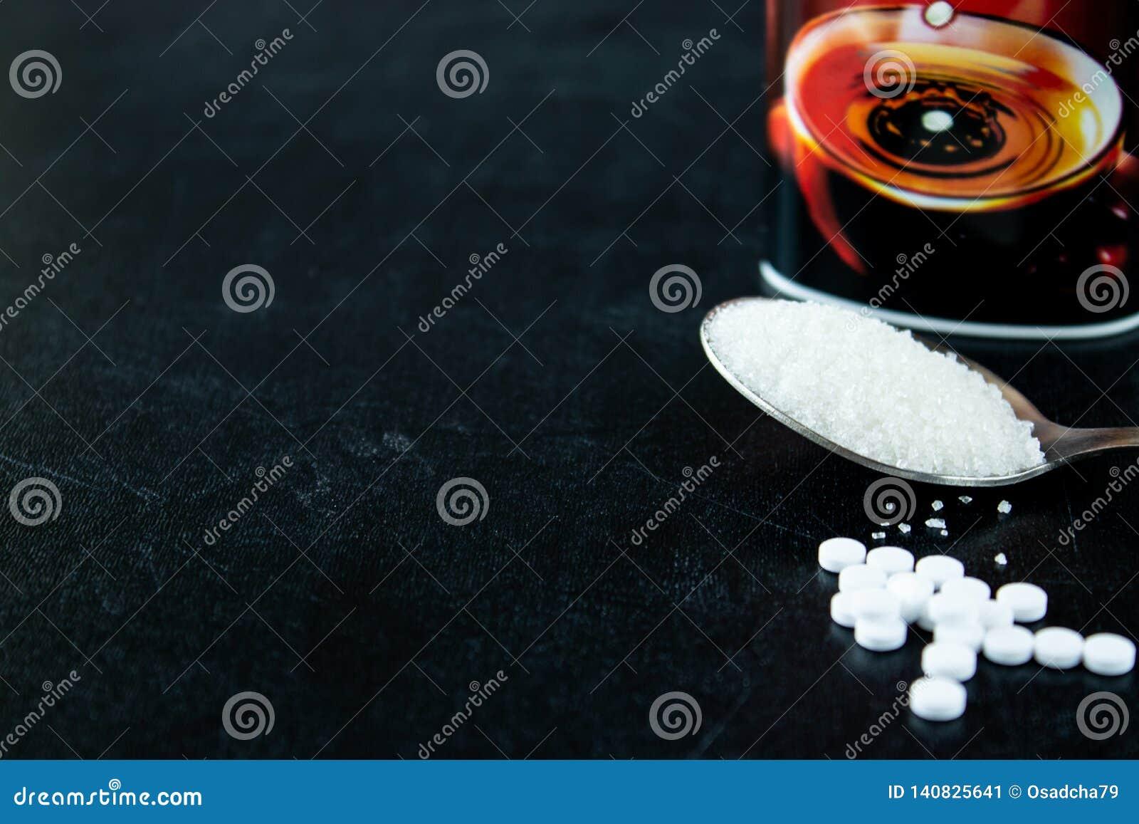 糖和糖精在片剂在黑背景