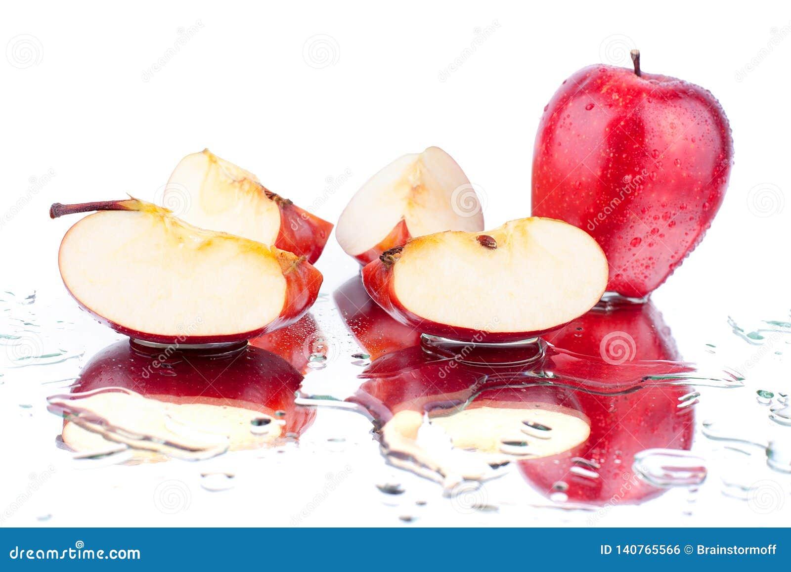 红色苹果整个苹果和cutted在白色背景宏指令的被隔绝的关闭