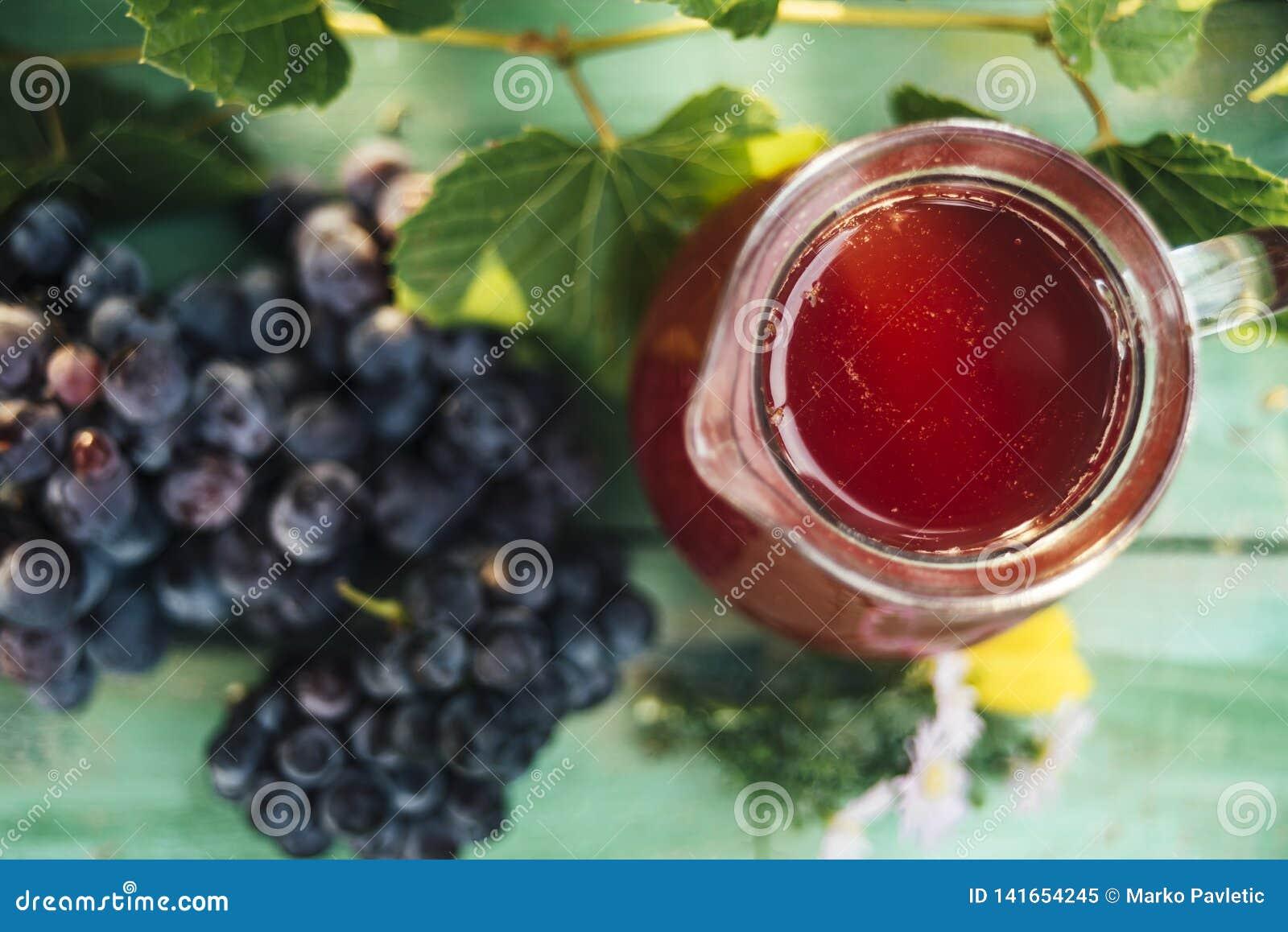 红酒玻璃水瓶与一束葡萄的