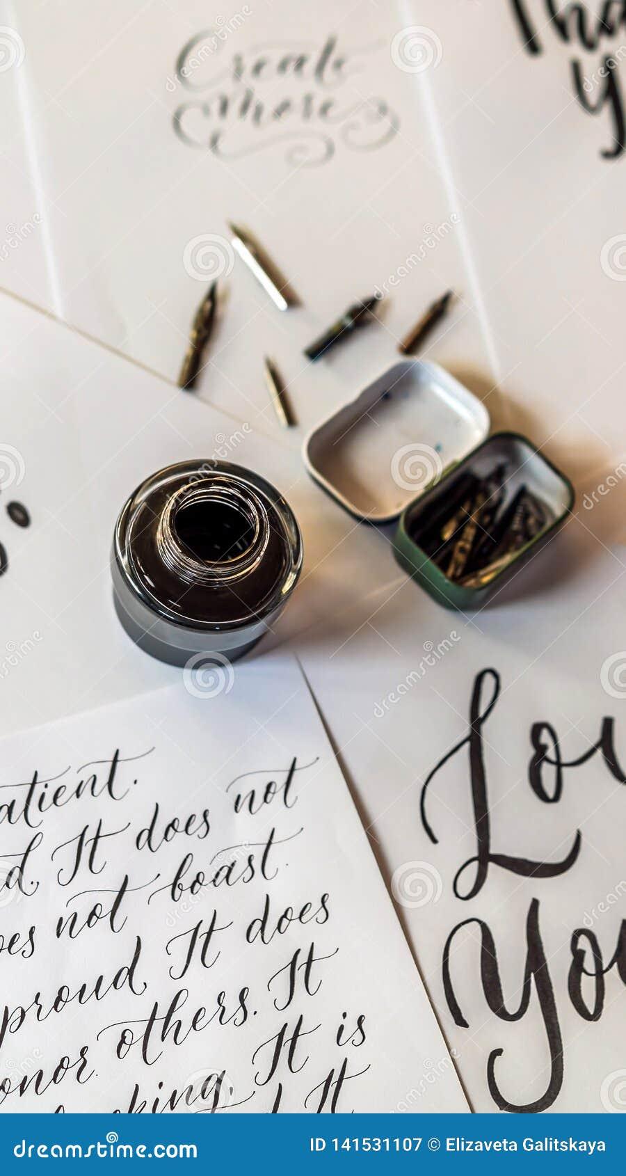 纸、墨水、书法笔和题字 字法车间细节 题写装饰装饰的信件