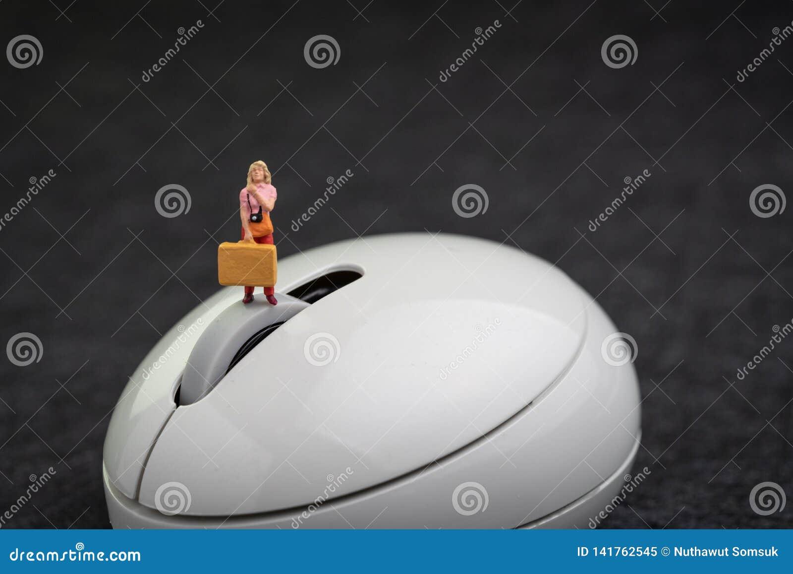 网上旅行事务、旅馆预定或者飞行保留,互联网报到,有照相机藏品的微型愉快的旅客女孩
