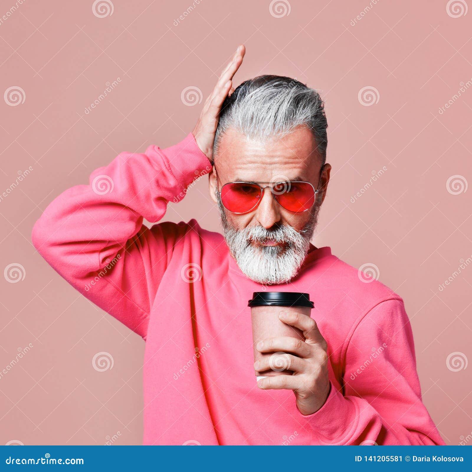美丽的老人有胡子在圣诞节毛线衣 圣诞老人祝愿圣诞快乐
