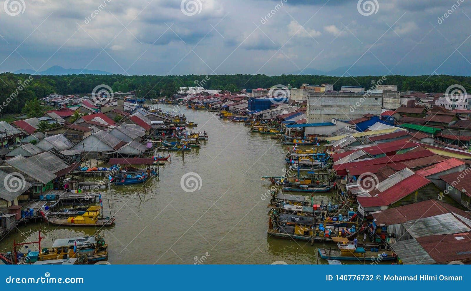 美好的渔夫村庄的风景鸟瞰图在瓜拉Spetang马来西亚