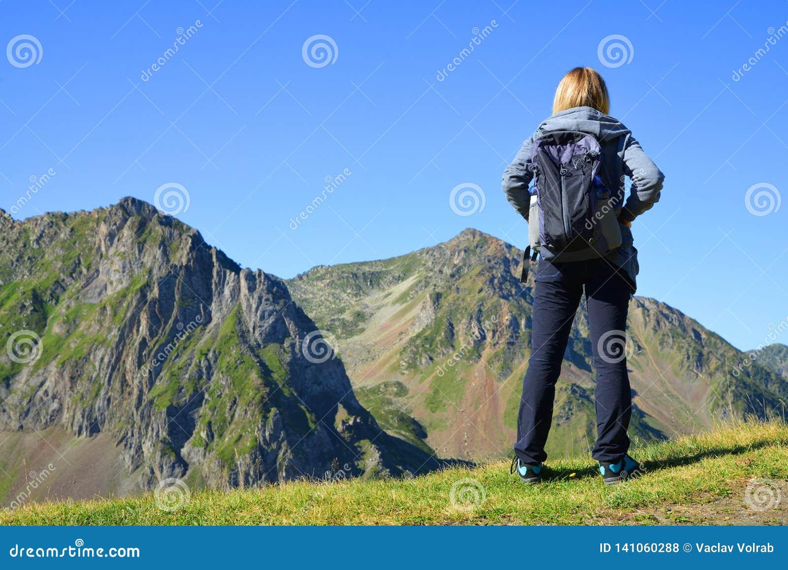 看山风景的游人在比利牛斯国家公园