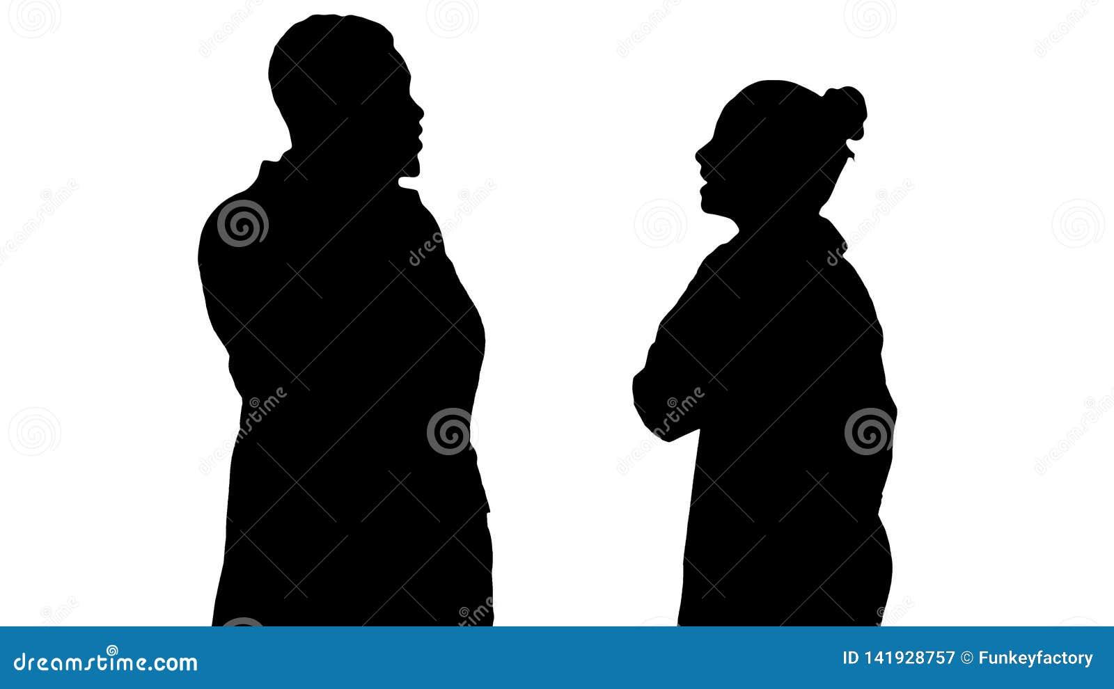 现出轮廓女性和男性医生使用打电话的手机对愉快的新闻说