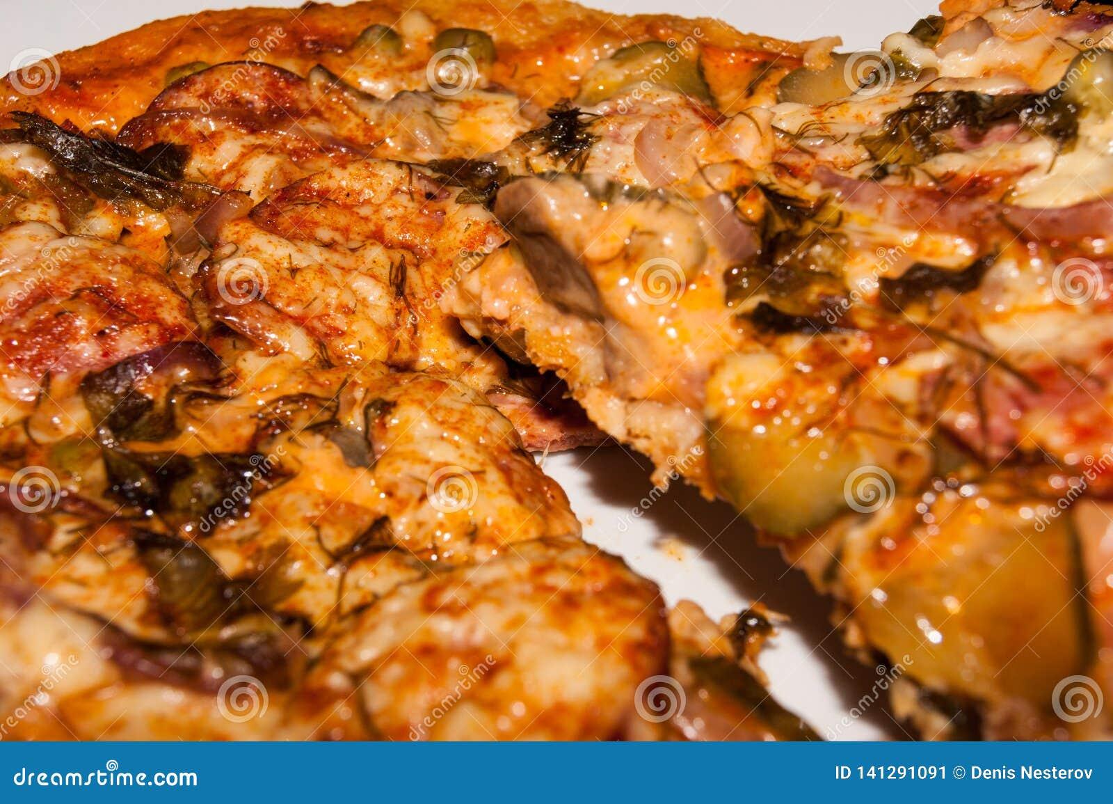 烹调与草本特写镜头的自创比萨在慢烹饪器材