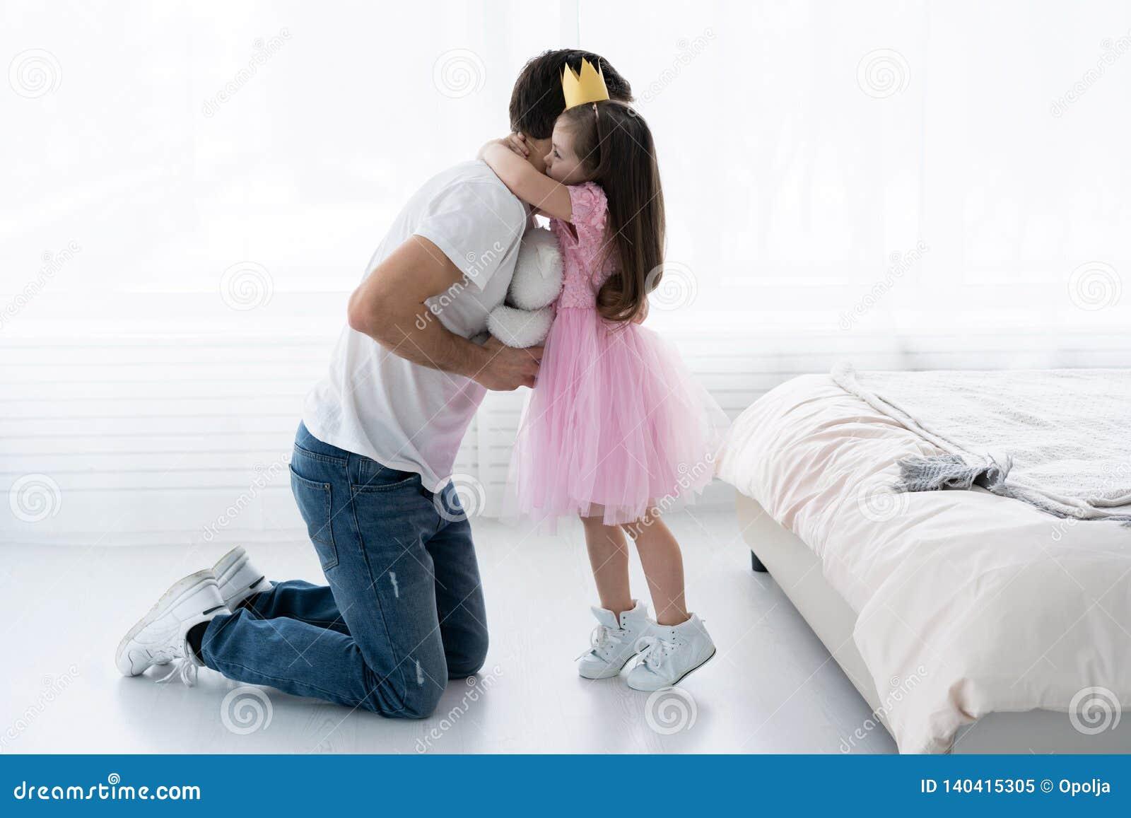 父亲祝贺女儿与开心3月8日 女儿和父亲微笑 美丽的女儿的大熊
