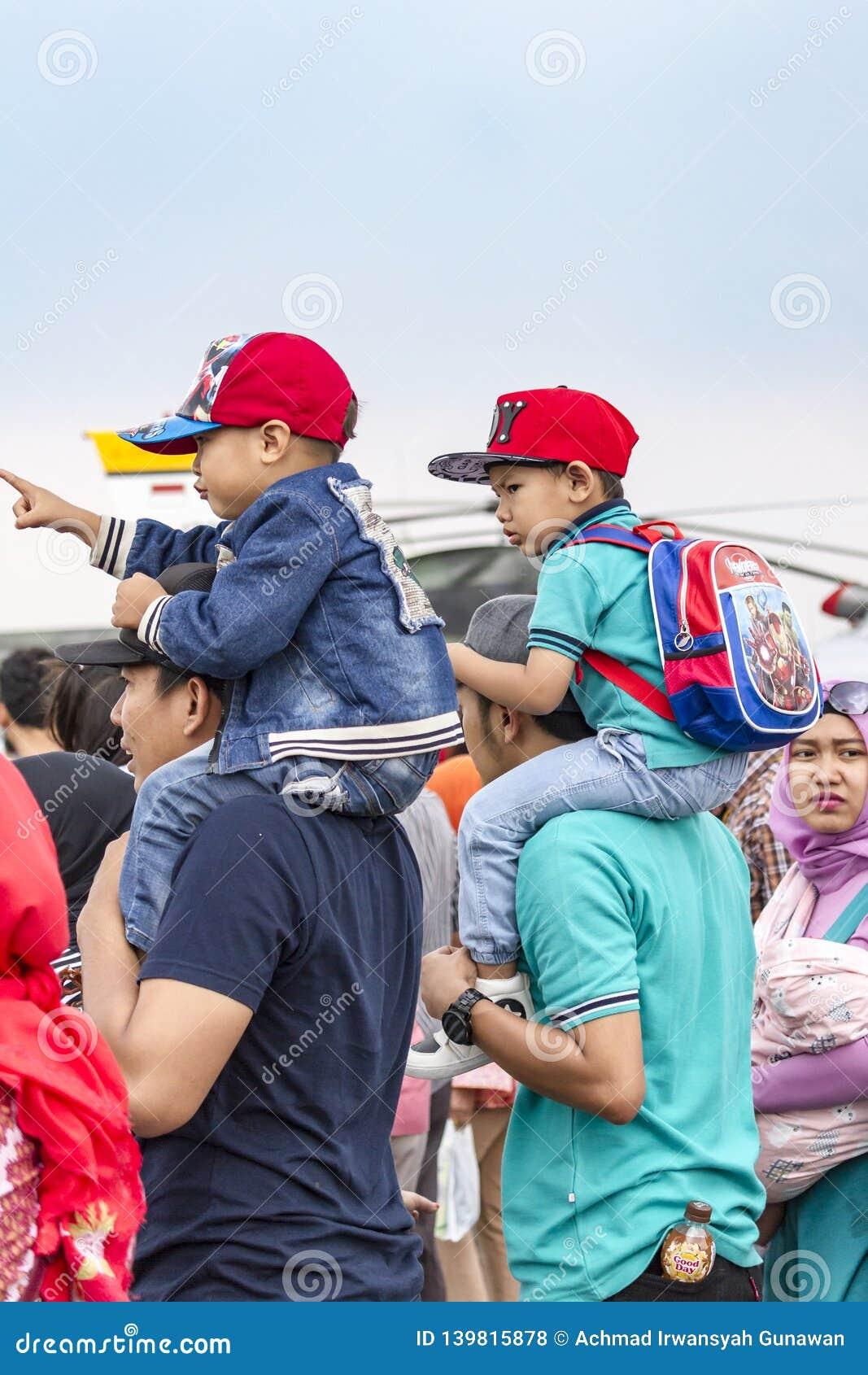 父亲运载了肩膀的,万隆飞行表演儿子2017年
