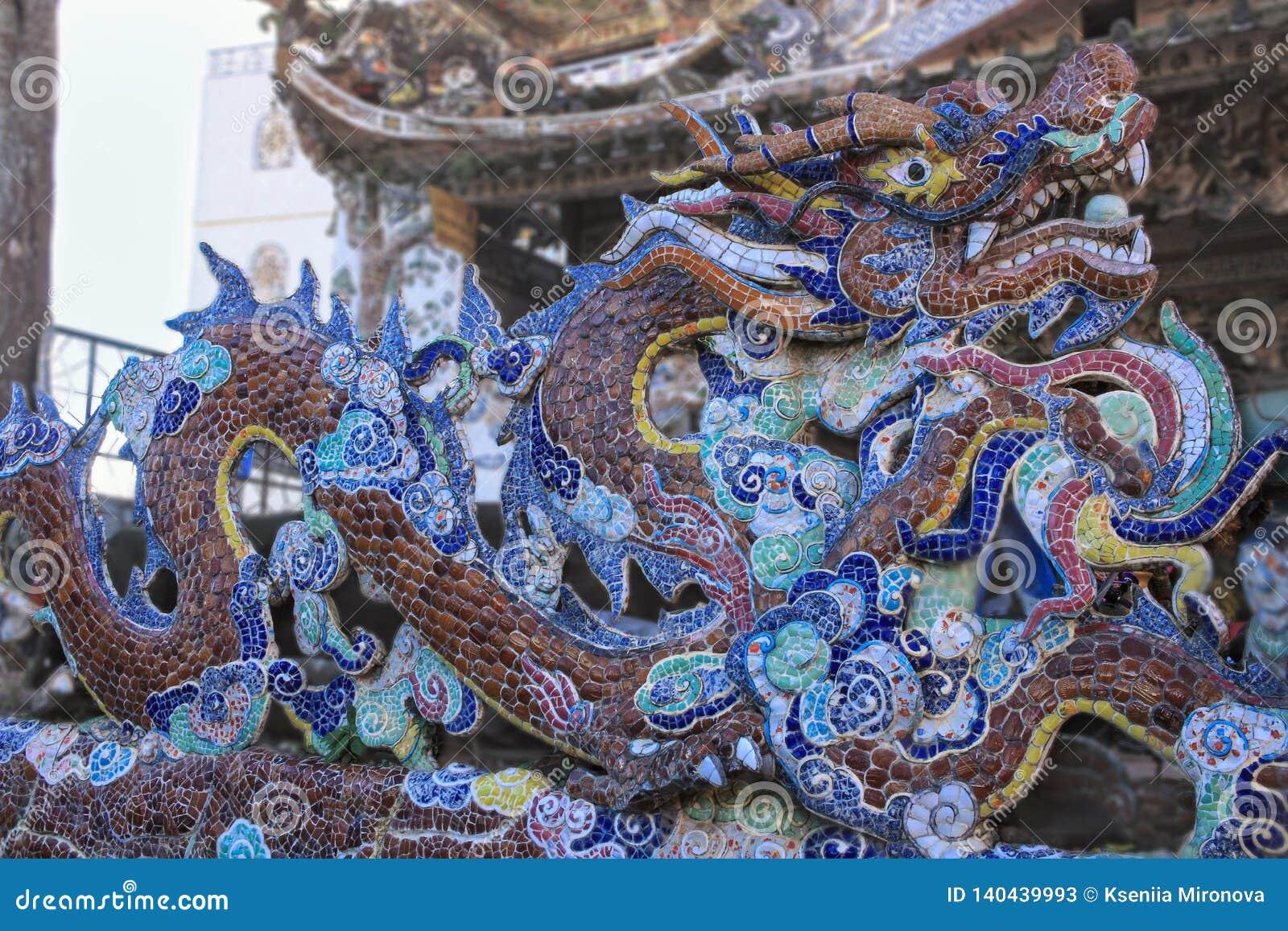 瓷马赛克龙关闭在Linh Phuoc塔细节大叻市市的,林同省,越南