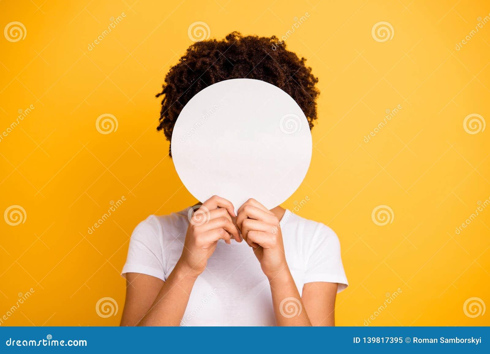 照片美丽惊人的关闭她她黑暗的皮肤夫人掩藏的面孔回合圈子横幅招贴不要是