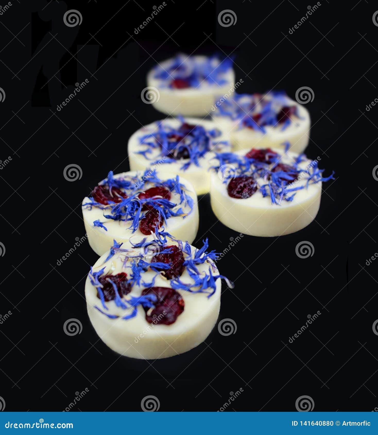 白色巧克力果仁糖用干蔓越桔和黑矢车菊属