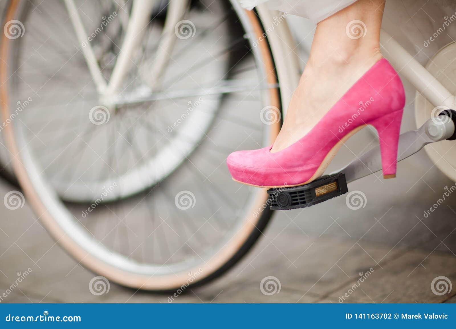 紫色-在自行车脚蹬的桃红色婚姻的鞋子详细