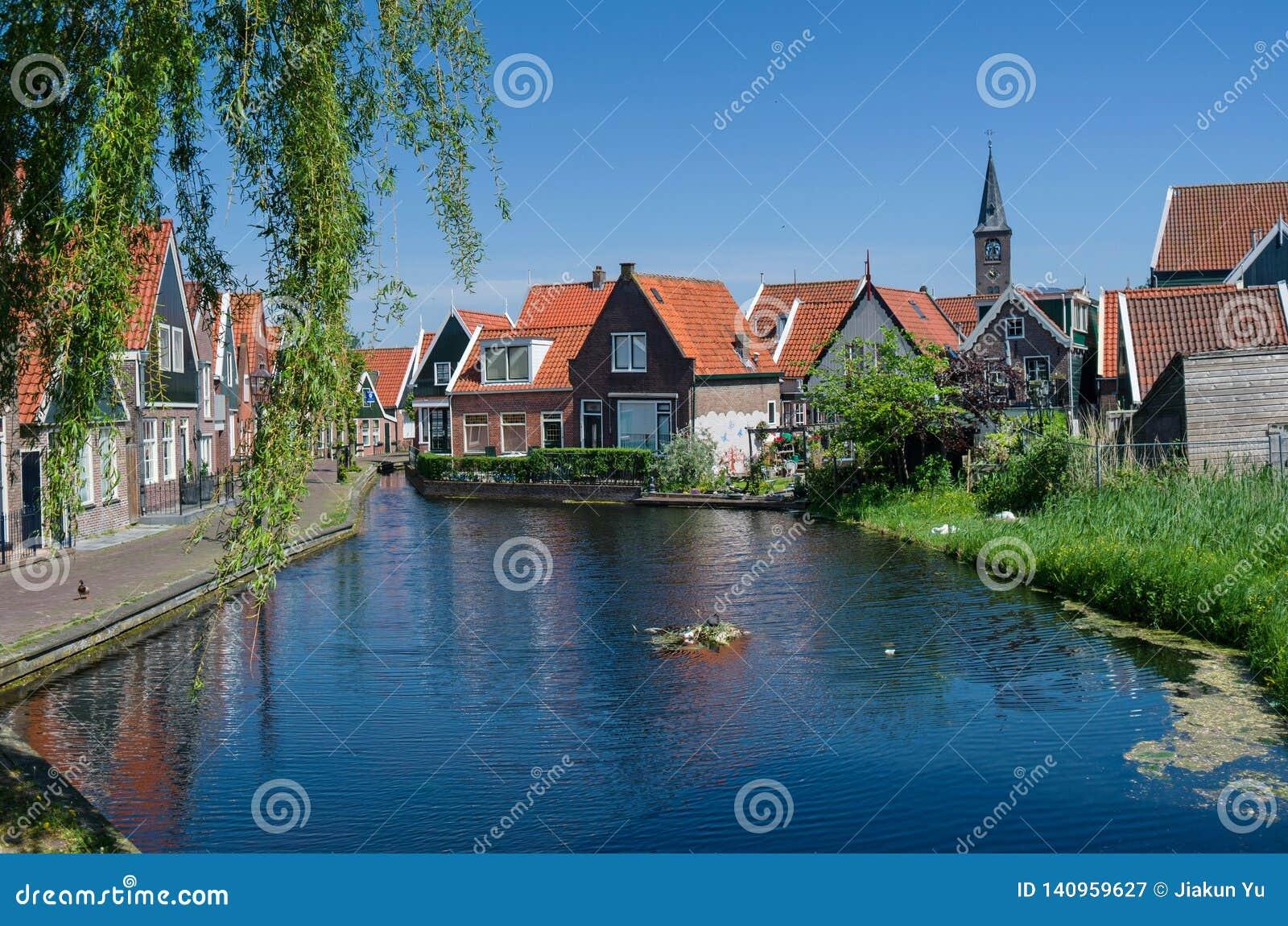 由湖的美丽的房子在荷兰