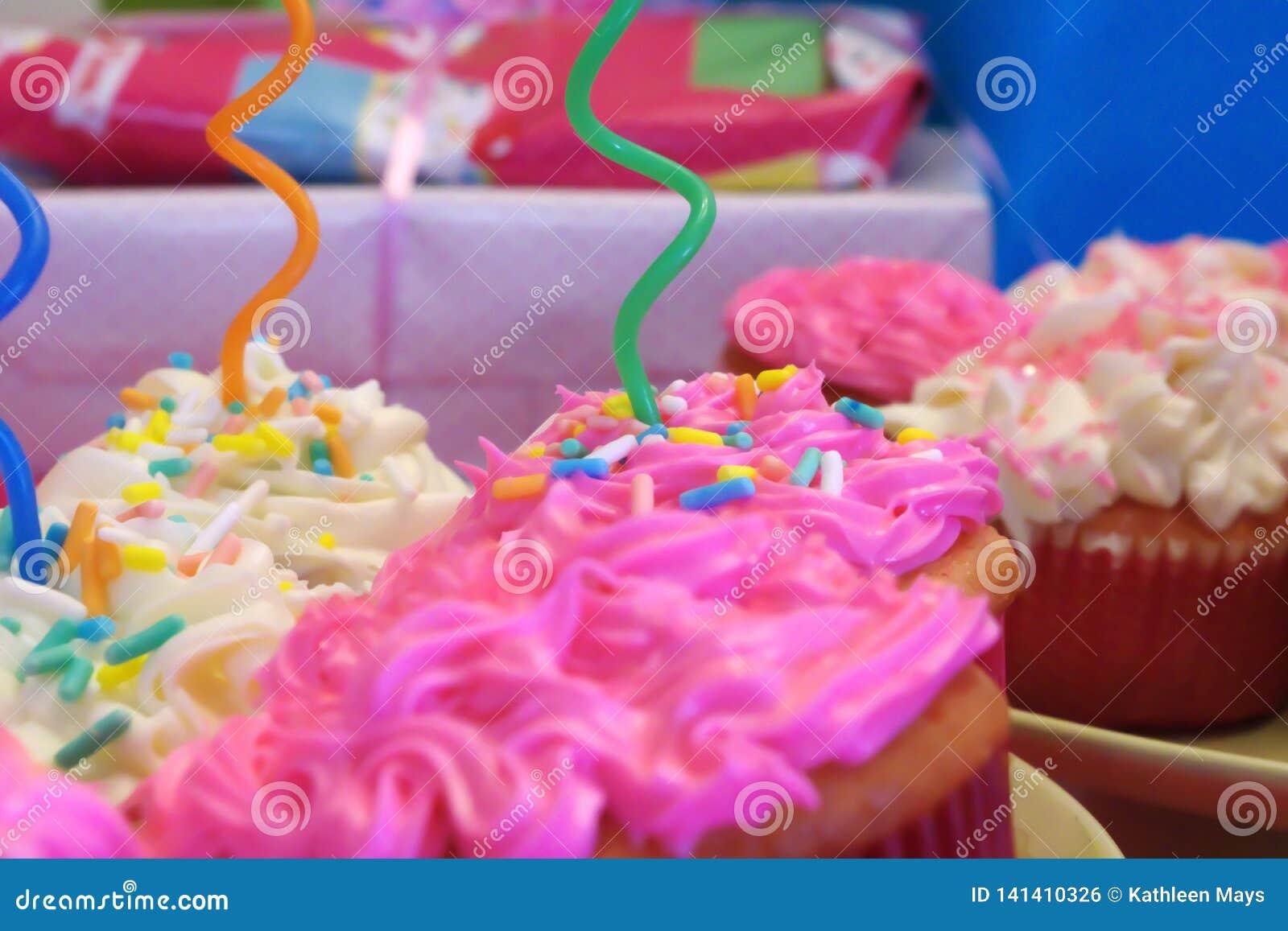 生日宴会桃红色和白色杯形蛋糕