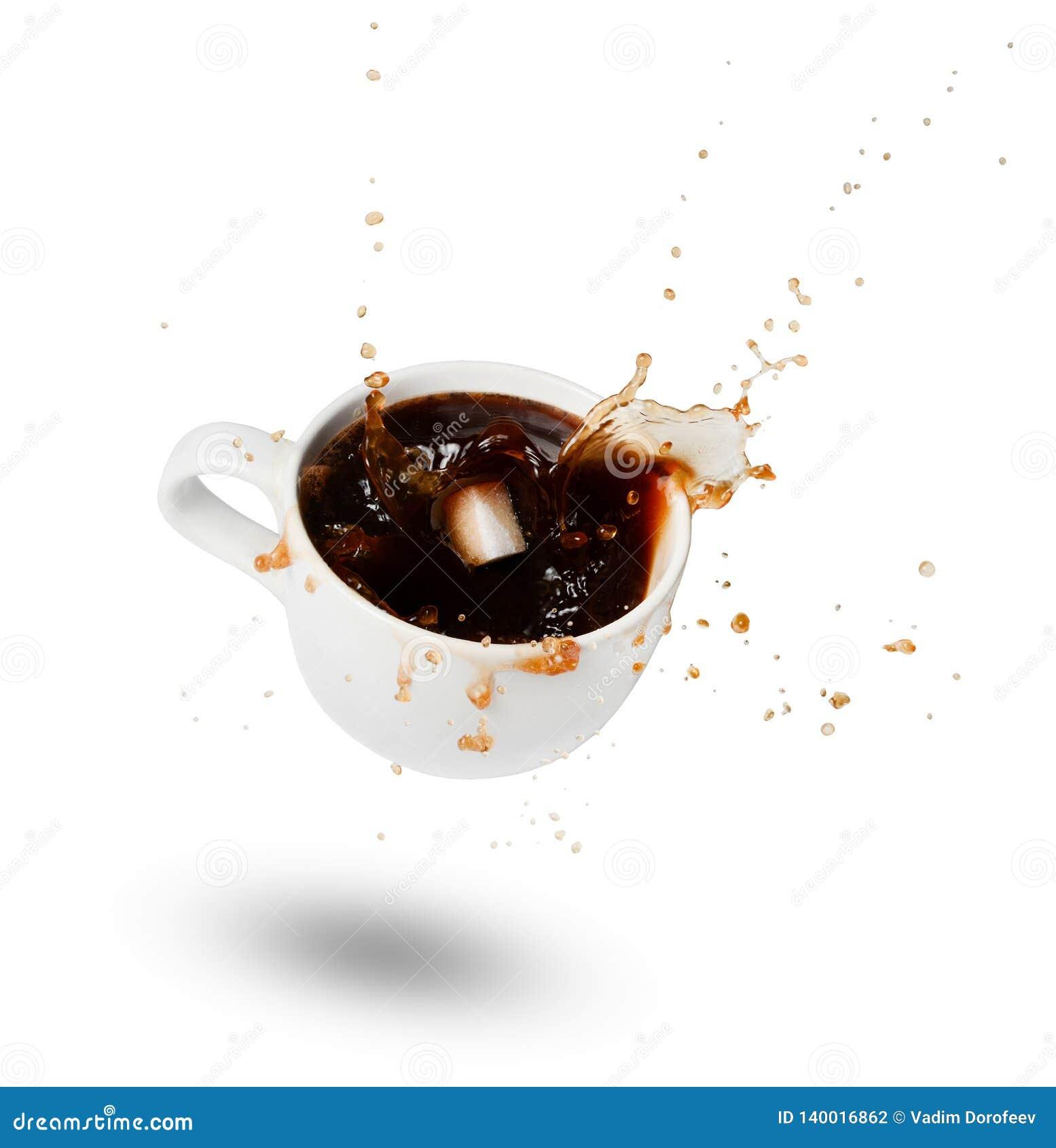 落入一杯白色咖啡的糖 爆炸 驱散下落 表示 奶油被装载的饼干