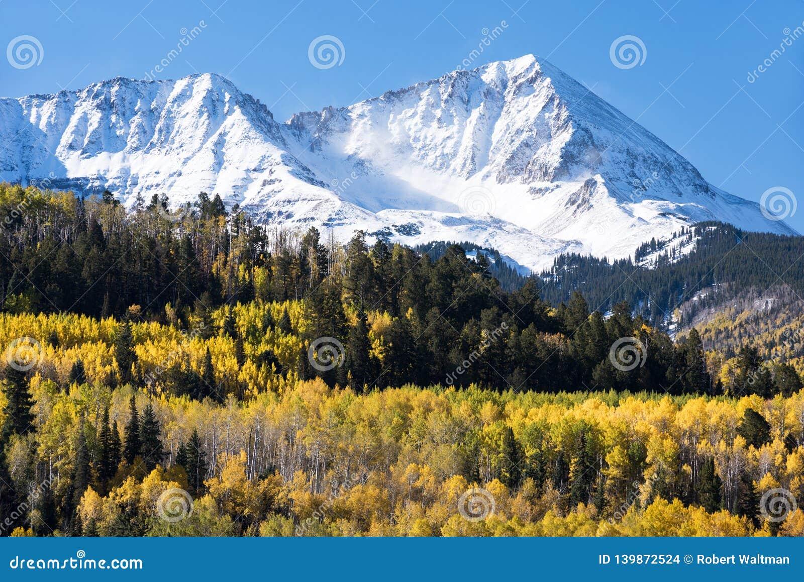 落矶山在南科罗拉多西部在早期的秋天